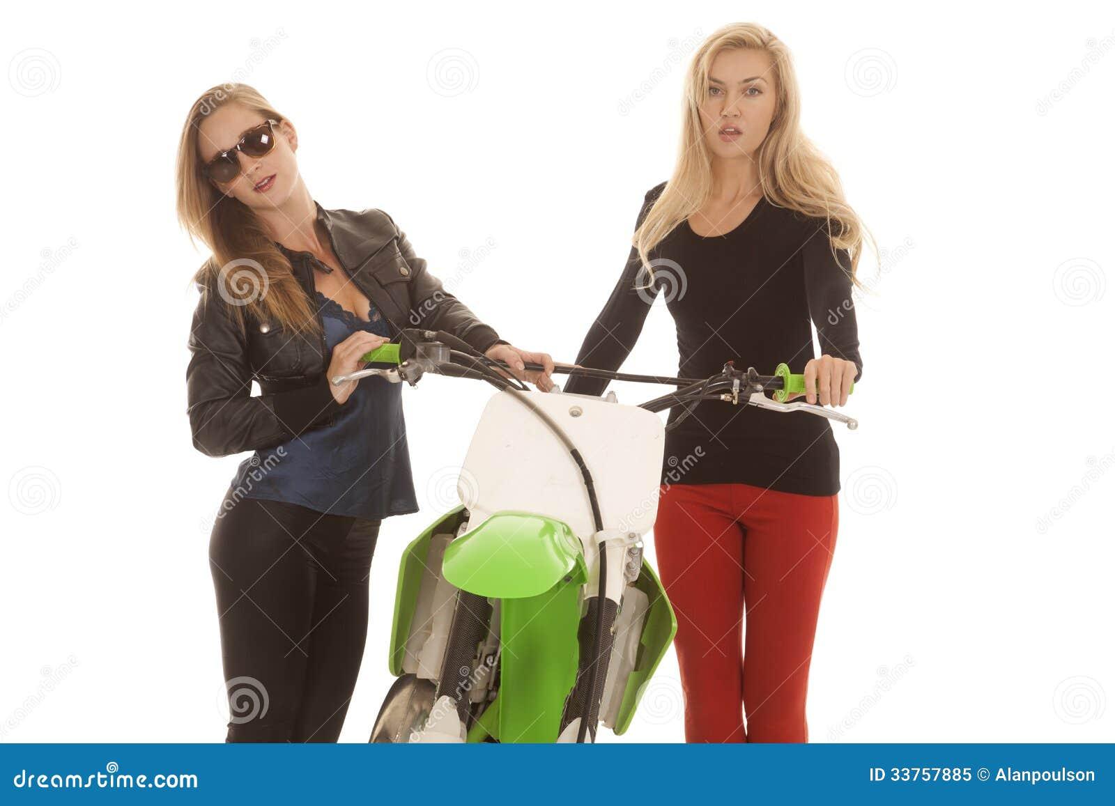 Twee vrouwen door een vuilfiets in glazen
