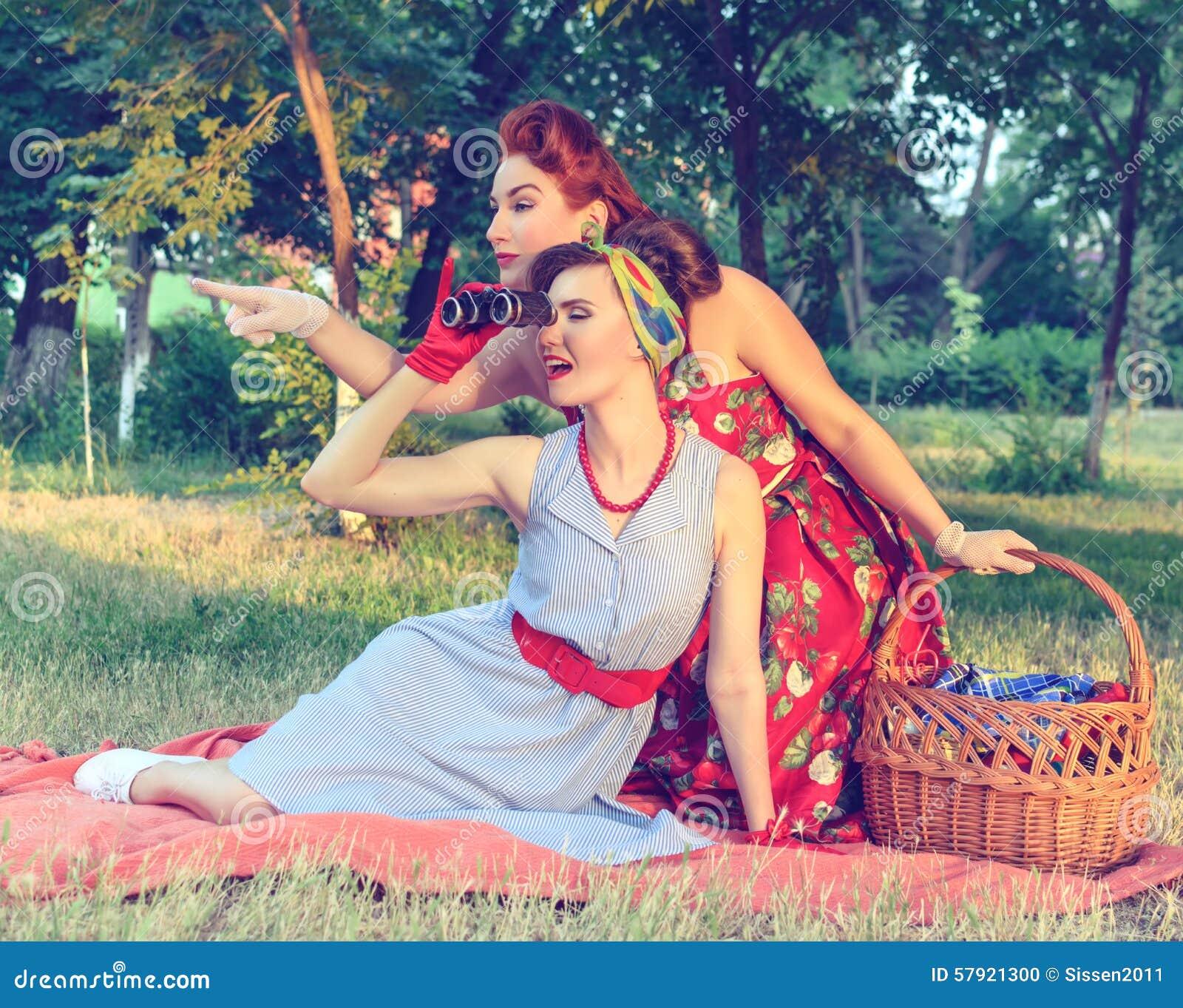 Citaten Uit Twee Vrouwen : Twee vrouwen het spioneren stock foto afbeelding