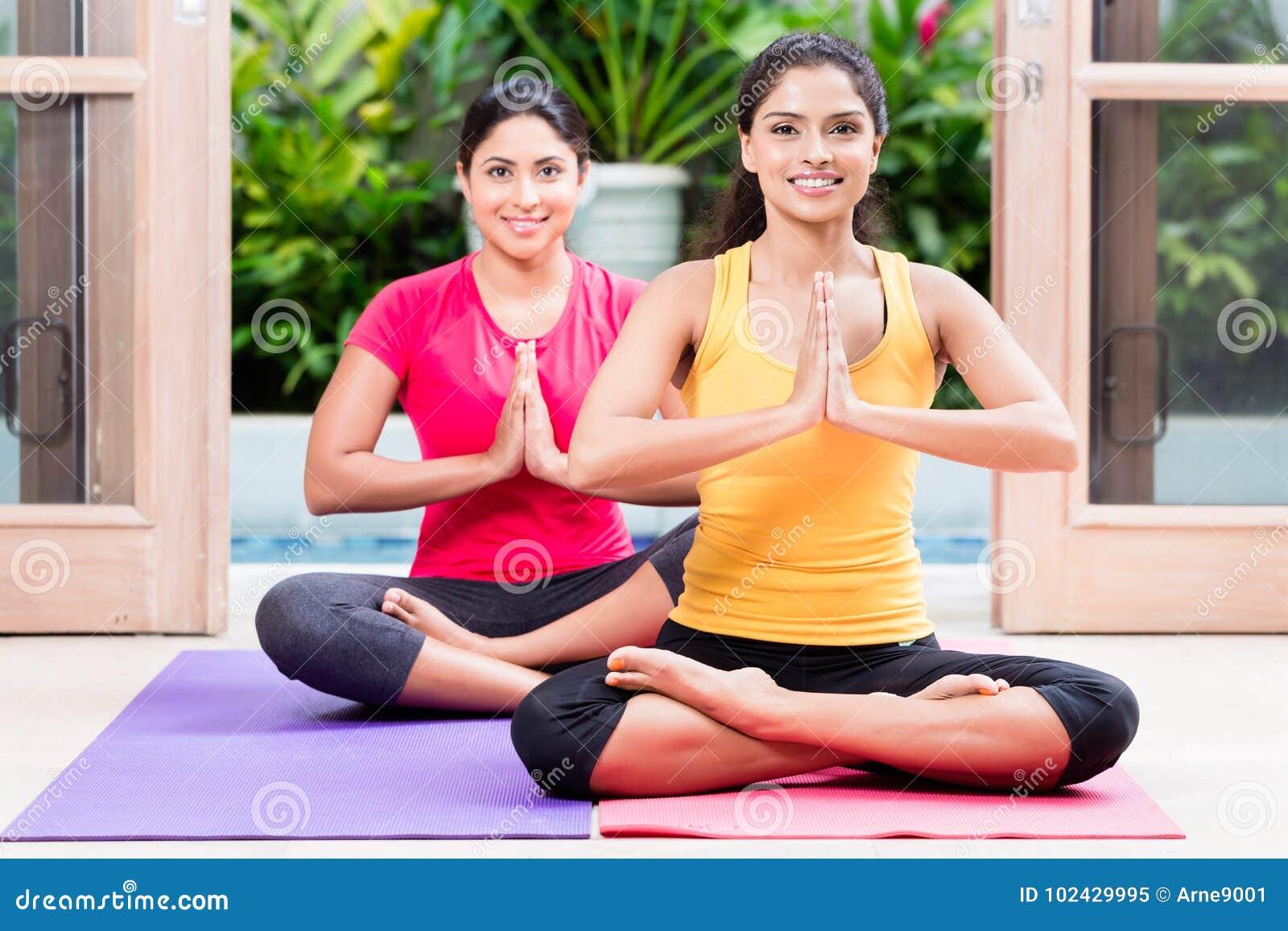 Citaten Uit Twee Vrouwen : Twee vrouwen in lotusbloem plaatsen tijdens yogapraktijk