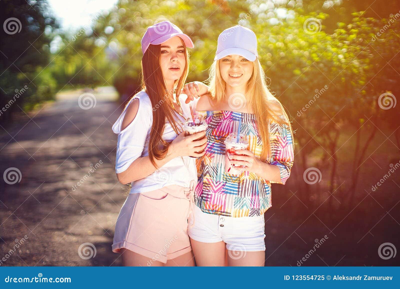 In twee vrouwen met dranken