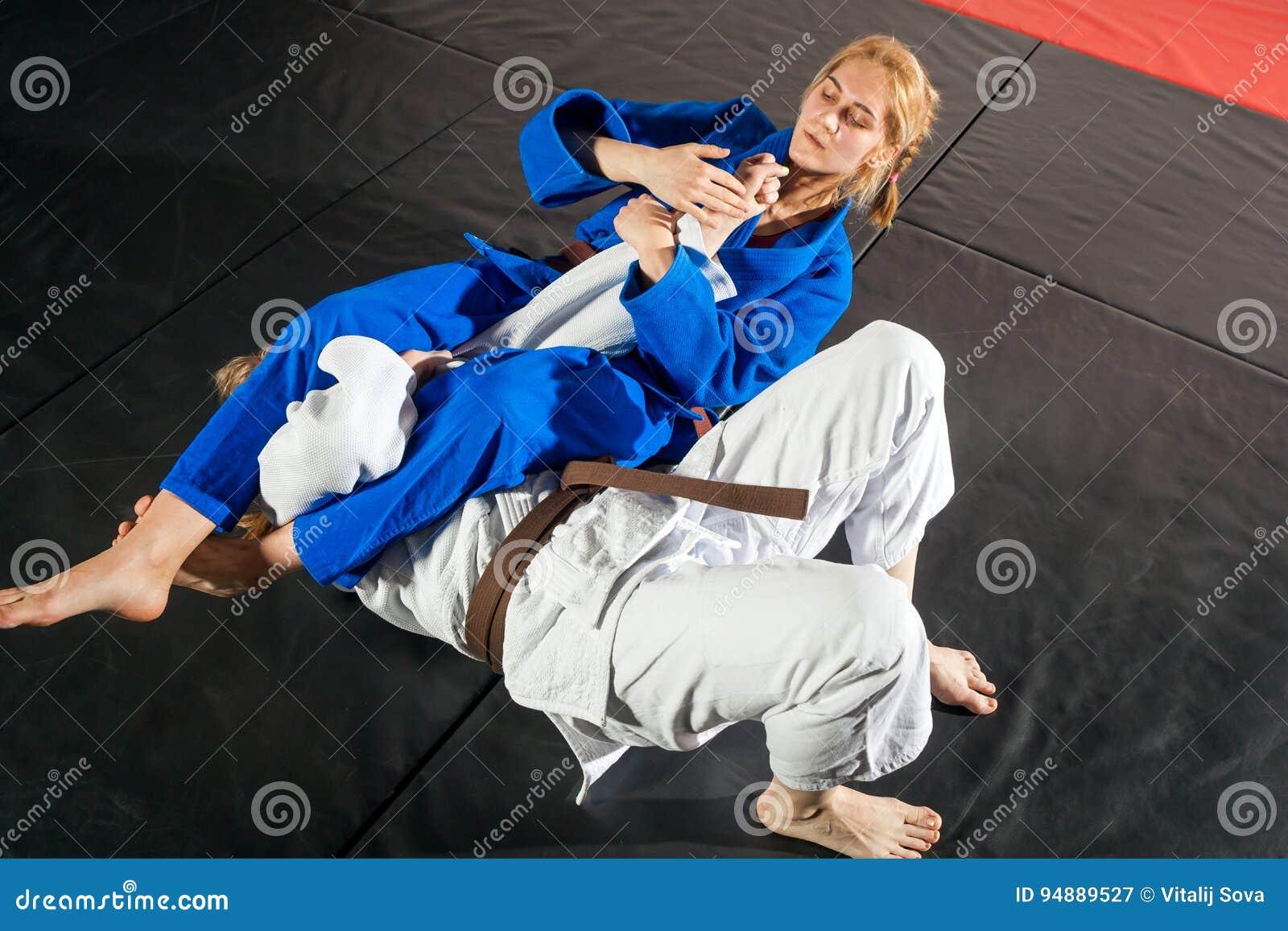 Twee vrouwen vechten op tatami