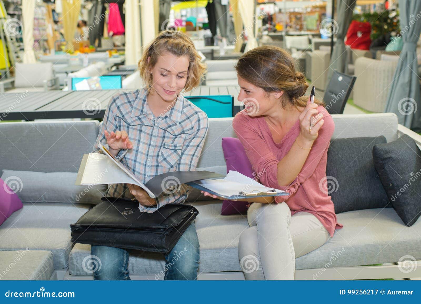 Twee vrouwenvrienden op de brochure of het tijdschrift van de banklezing