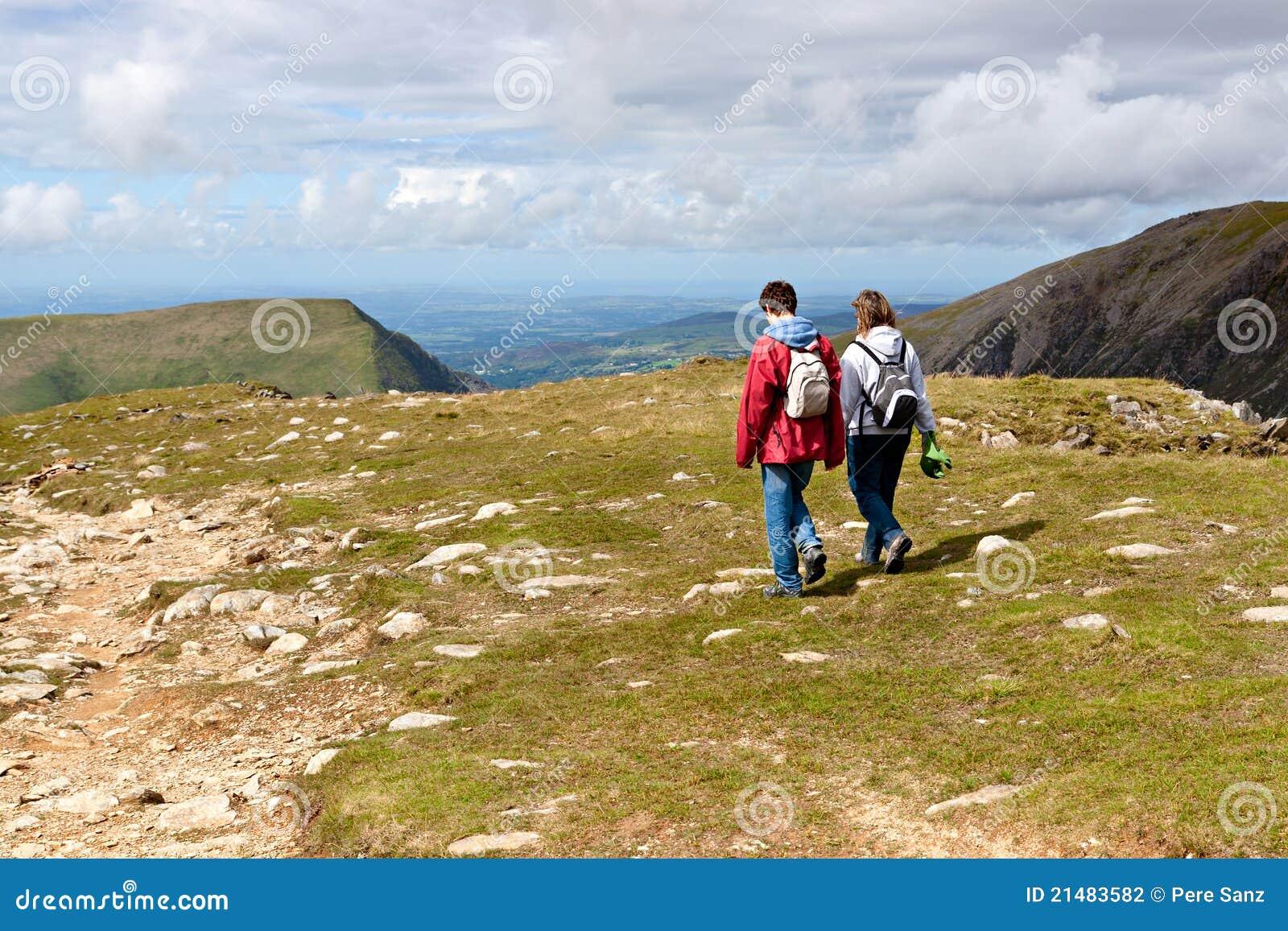 Twee wandelaars die op Snowdonia lopen