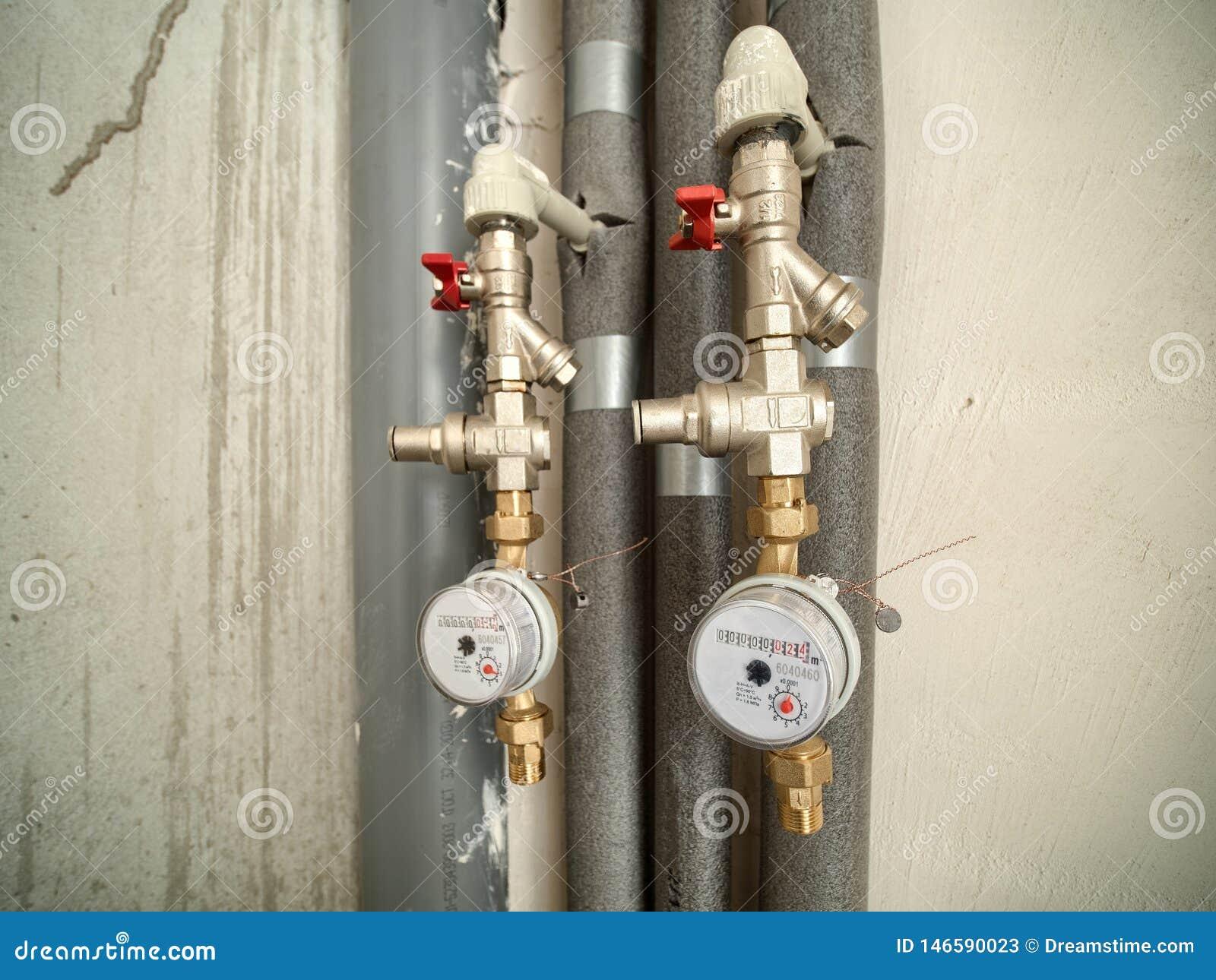 Twee watermeters in badkamers van nieuwe vlakte