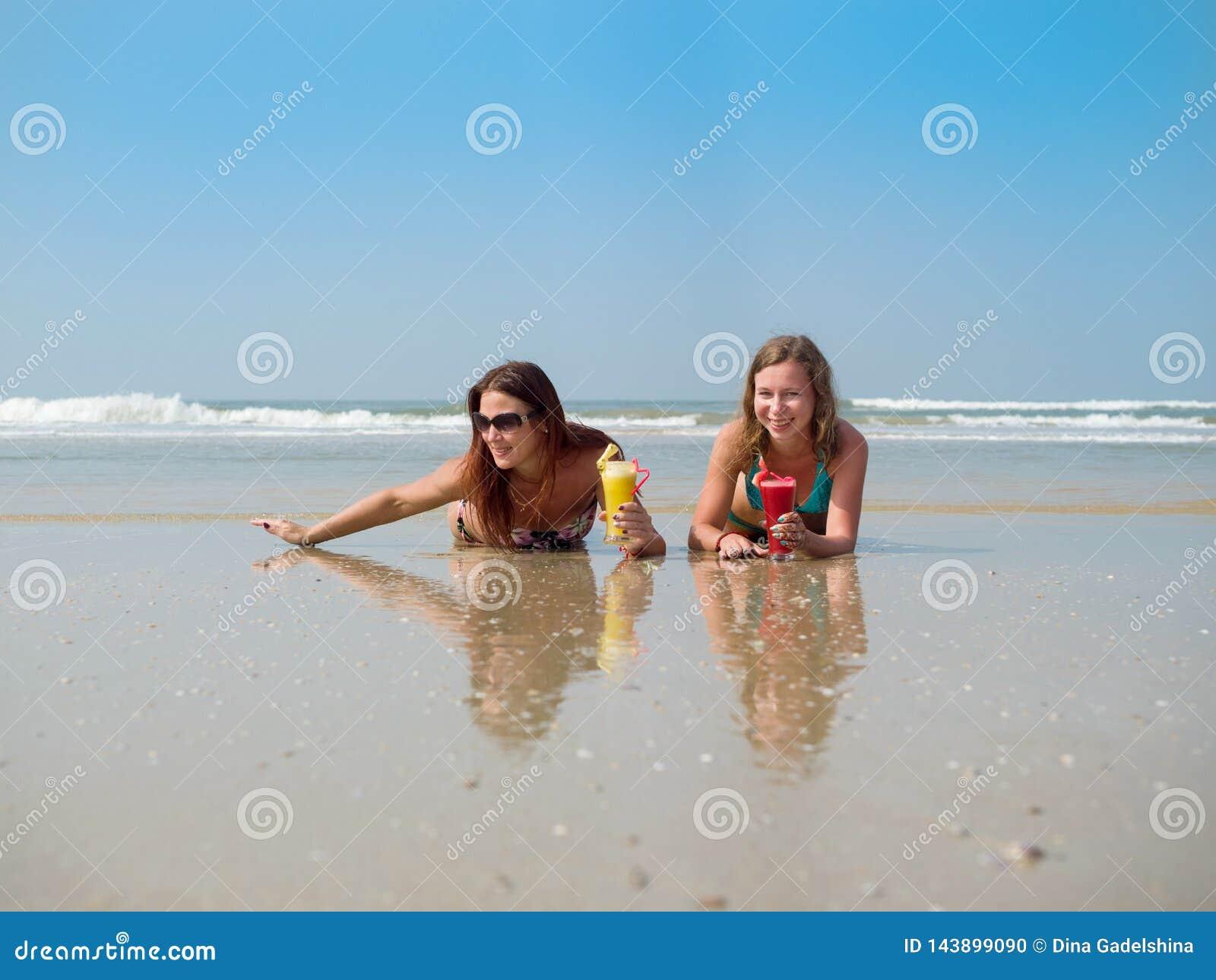 Twee Jonge Meisjes Die Op Strand Samen Spelen Stock