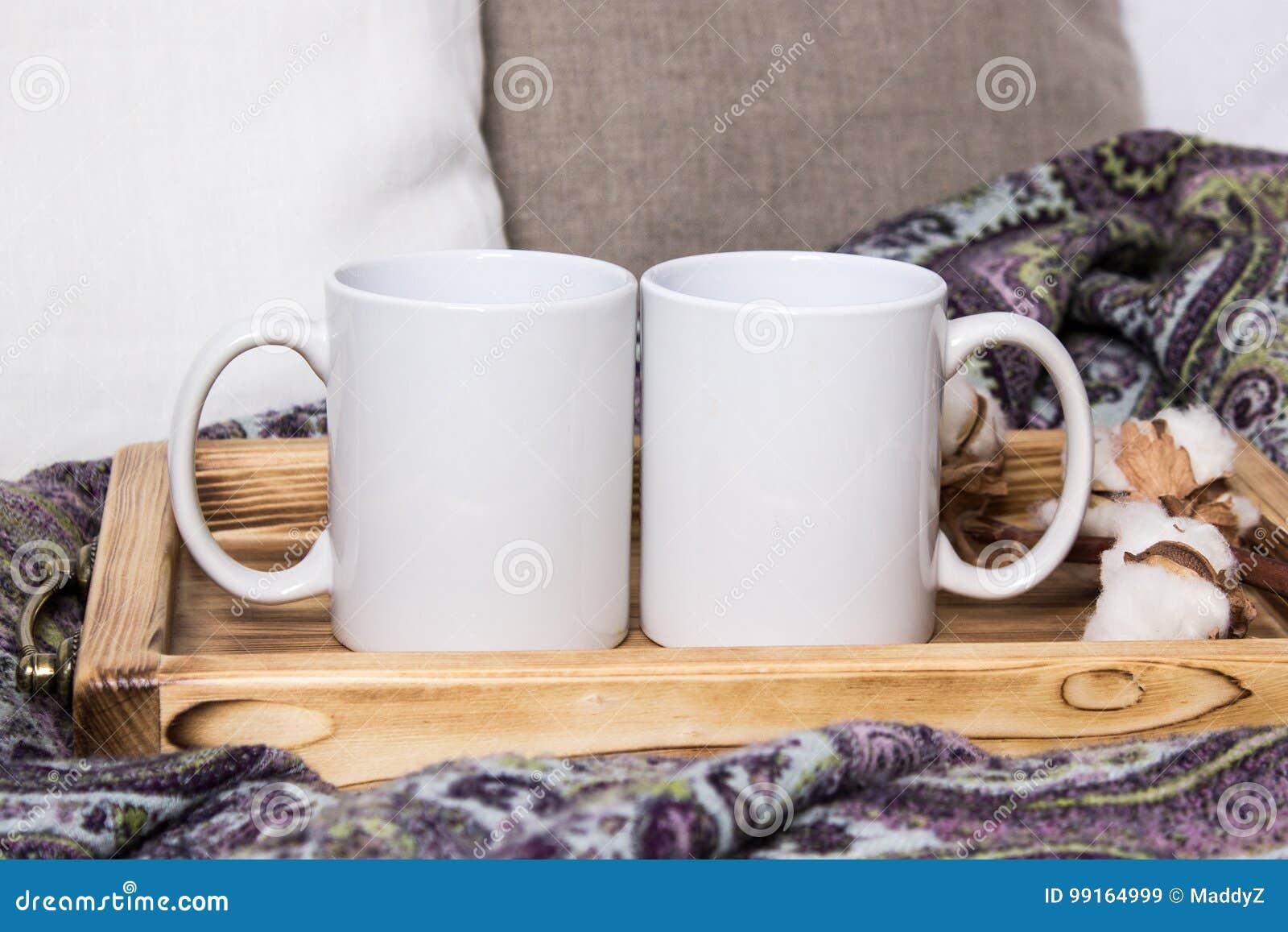 Twee witte mokken, paar koppen op een houten dienblad, het Model Comfortabel huis, houten decoratie als achtergrond, katoen en wo