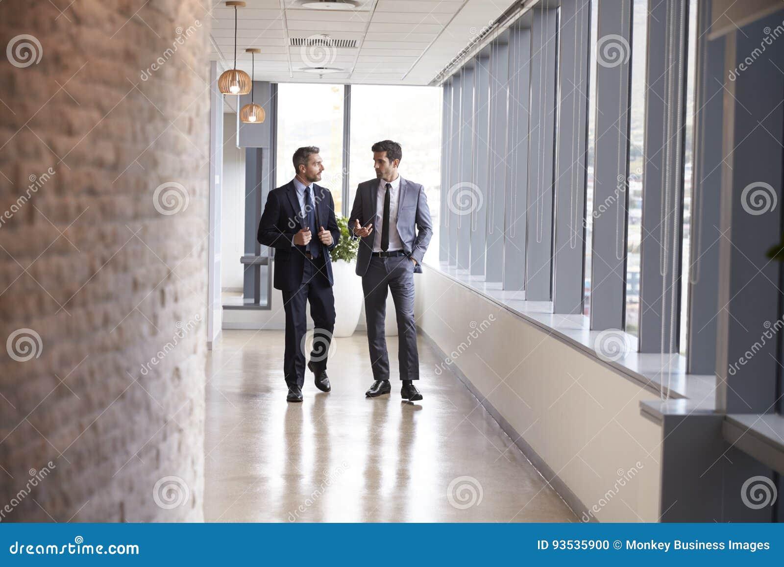 Twee Zakenlieden die Informele Vergadering in Bureaugang hebben