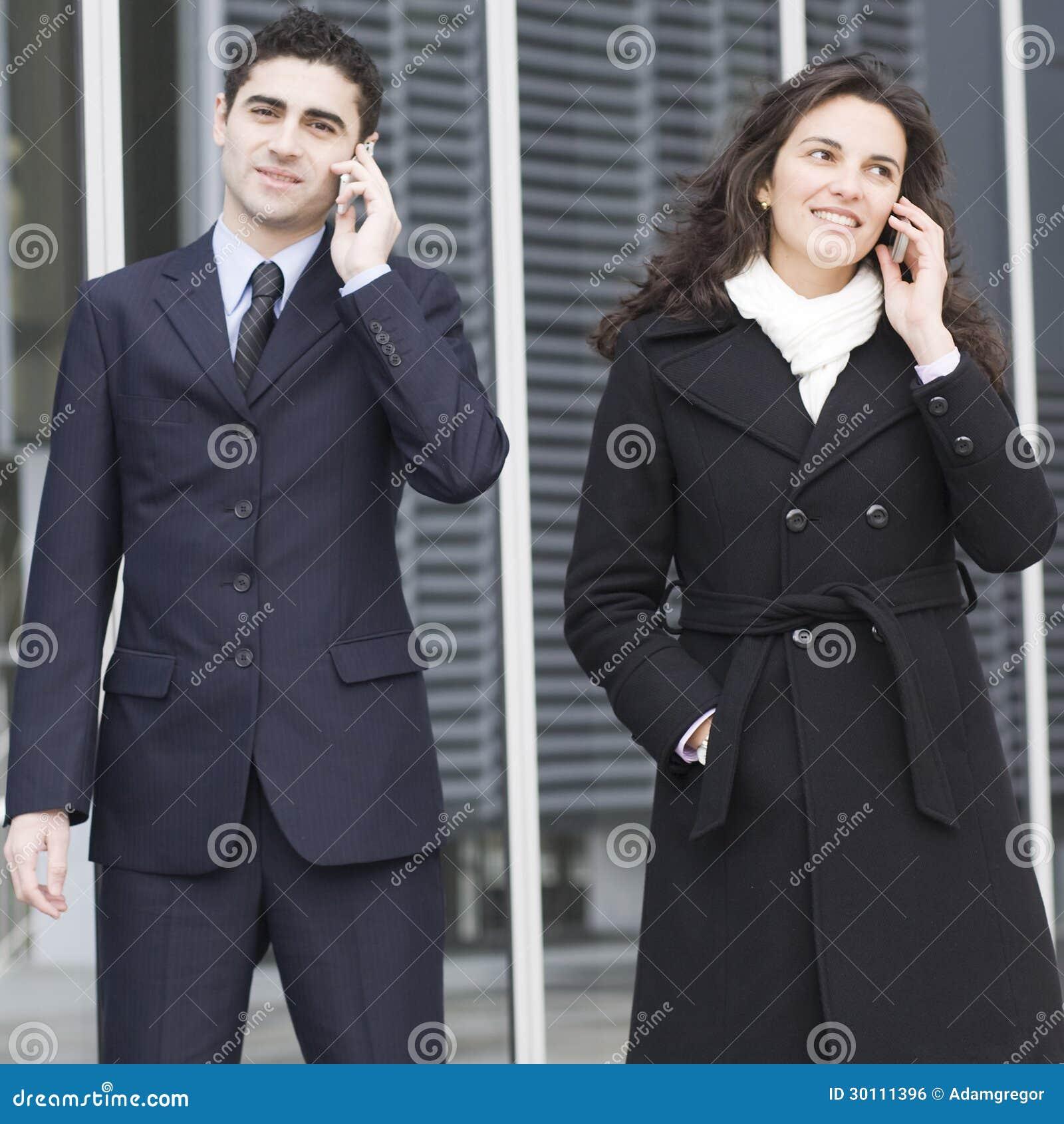 Twee zakenlui die buiten roepen