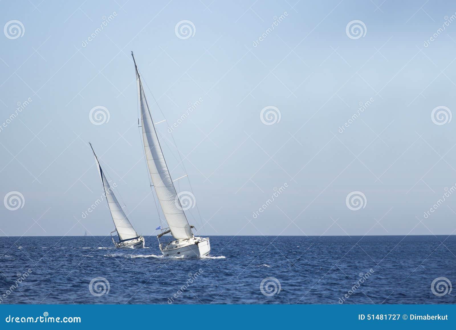 Twee zeilboten op het overzees sailing