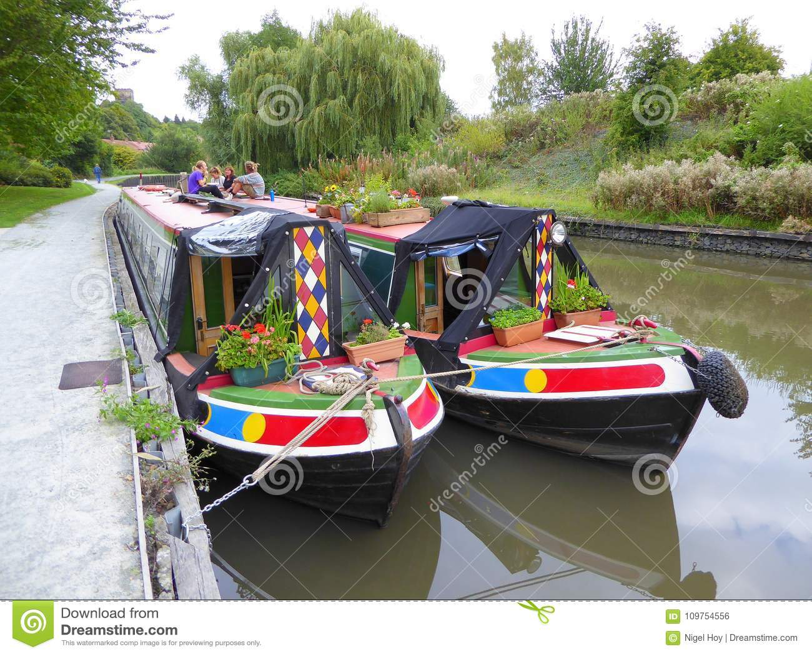 Twee zij aan zij vastgelegde narrowboats