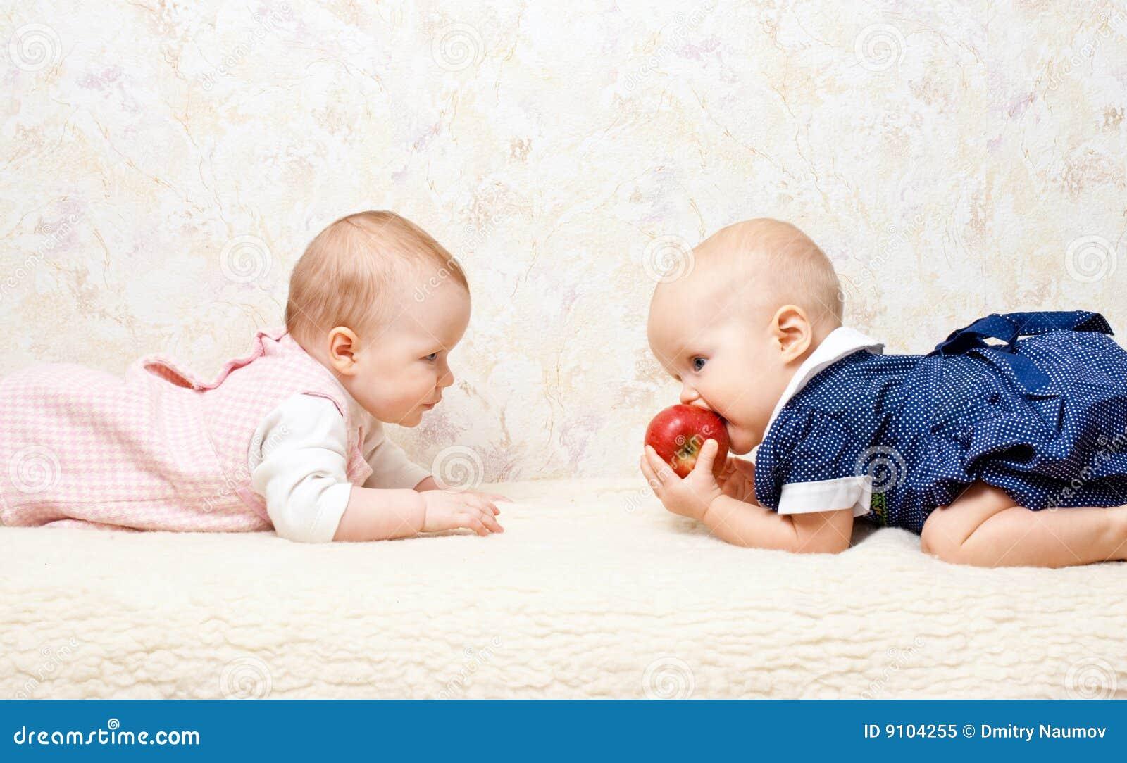 Twee zuigelingen met appel