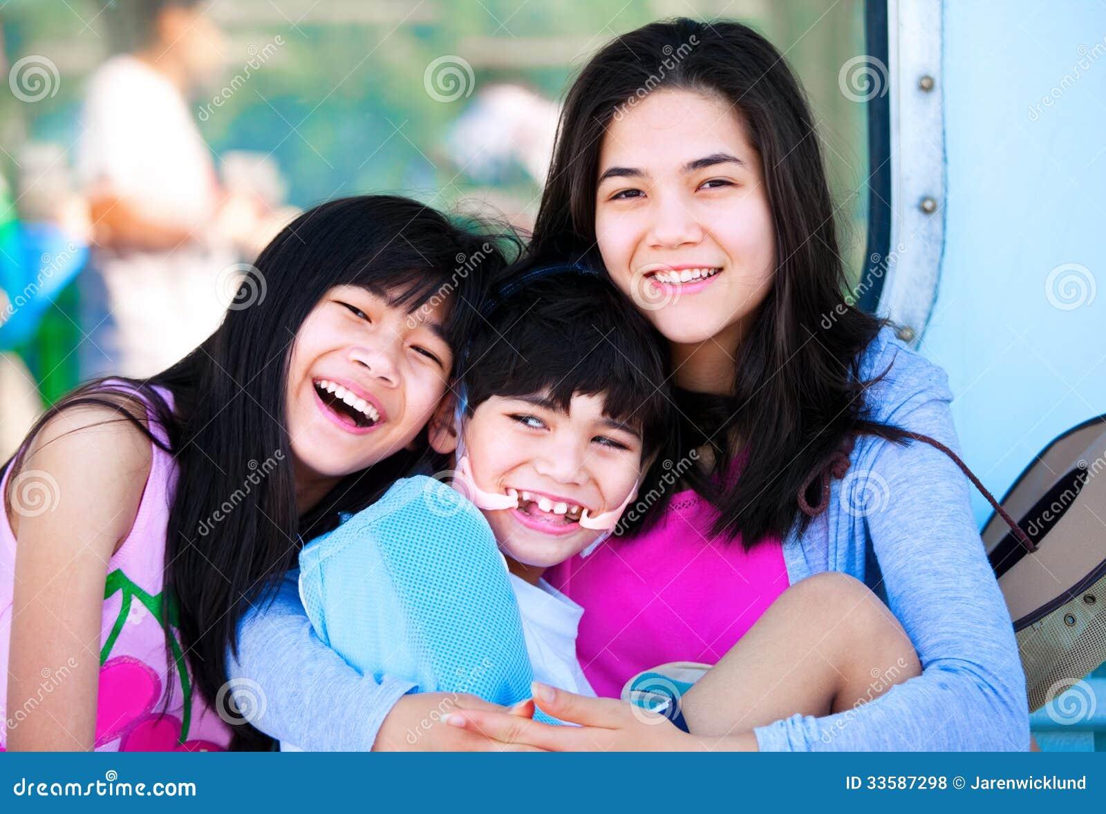 Twee zusters behandelen gehandicapt weinig broer
