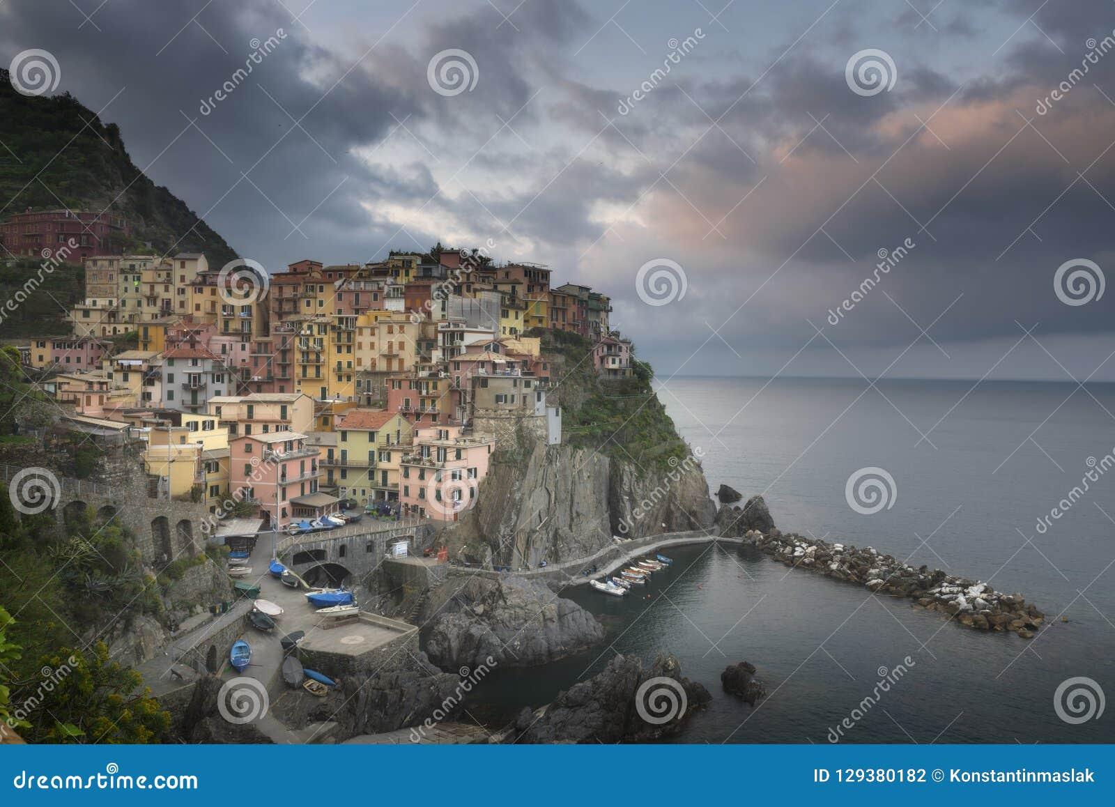 Tweede stad van de opeenvolging van Cique Terre van heuvelsteden - Manarola Kleurrijke de lentezonsondergang in Ligurië, Italië