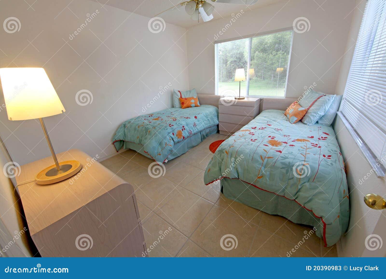 Tweeling slaapkamer stock foto 39 s beeld 20390983 - Foto van volwassen slaapkamer ...