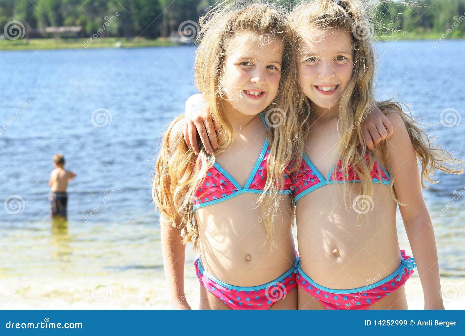 Tweeling zusters bij het meer