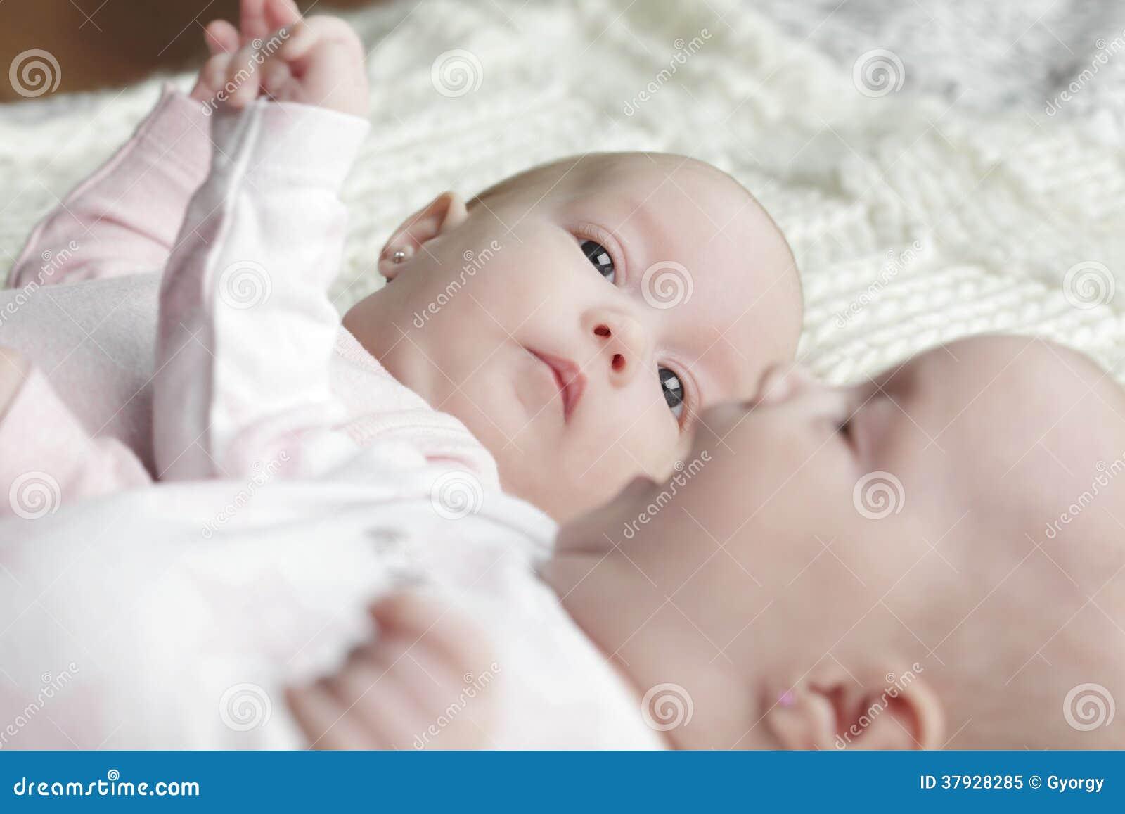 Tweelingbabymeisjes