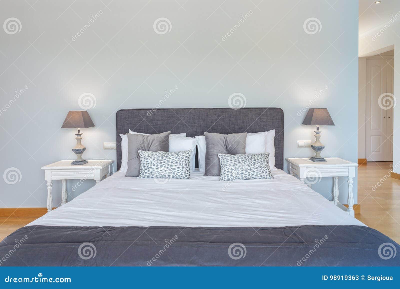Tweepersoonsbed in de slaapkamer met moderne decoratie stock