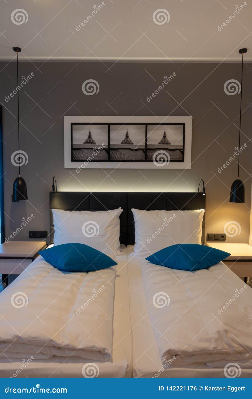 Tweepersoonsbed in een luxueuze hotelruimte