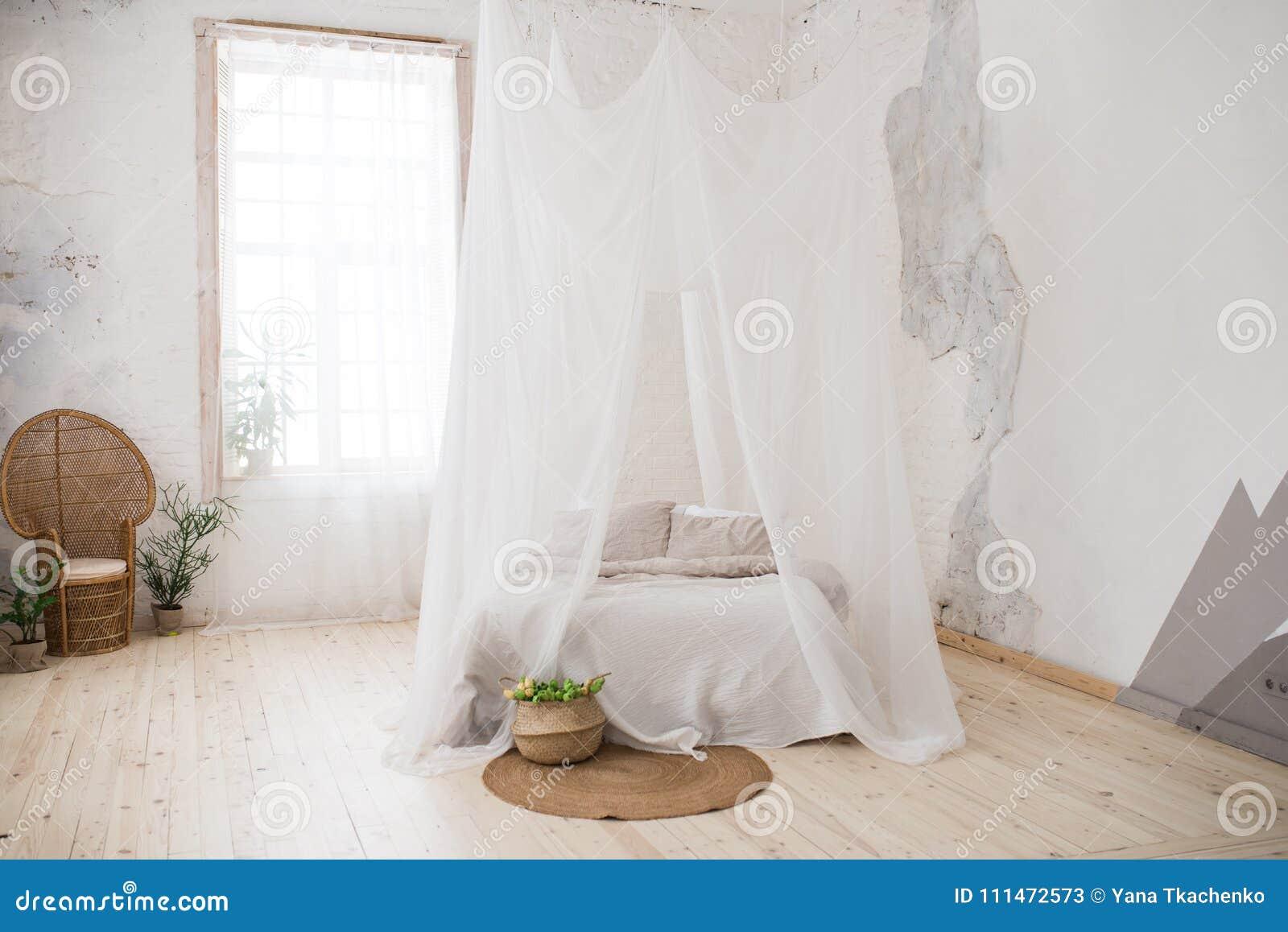 Slaapkamer Met Hout : Tweepersoonsbed met grijze bedlinnen en luifel slaapkamer een rieten