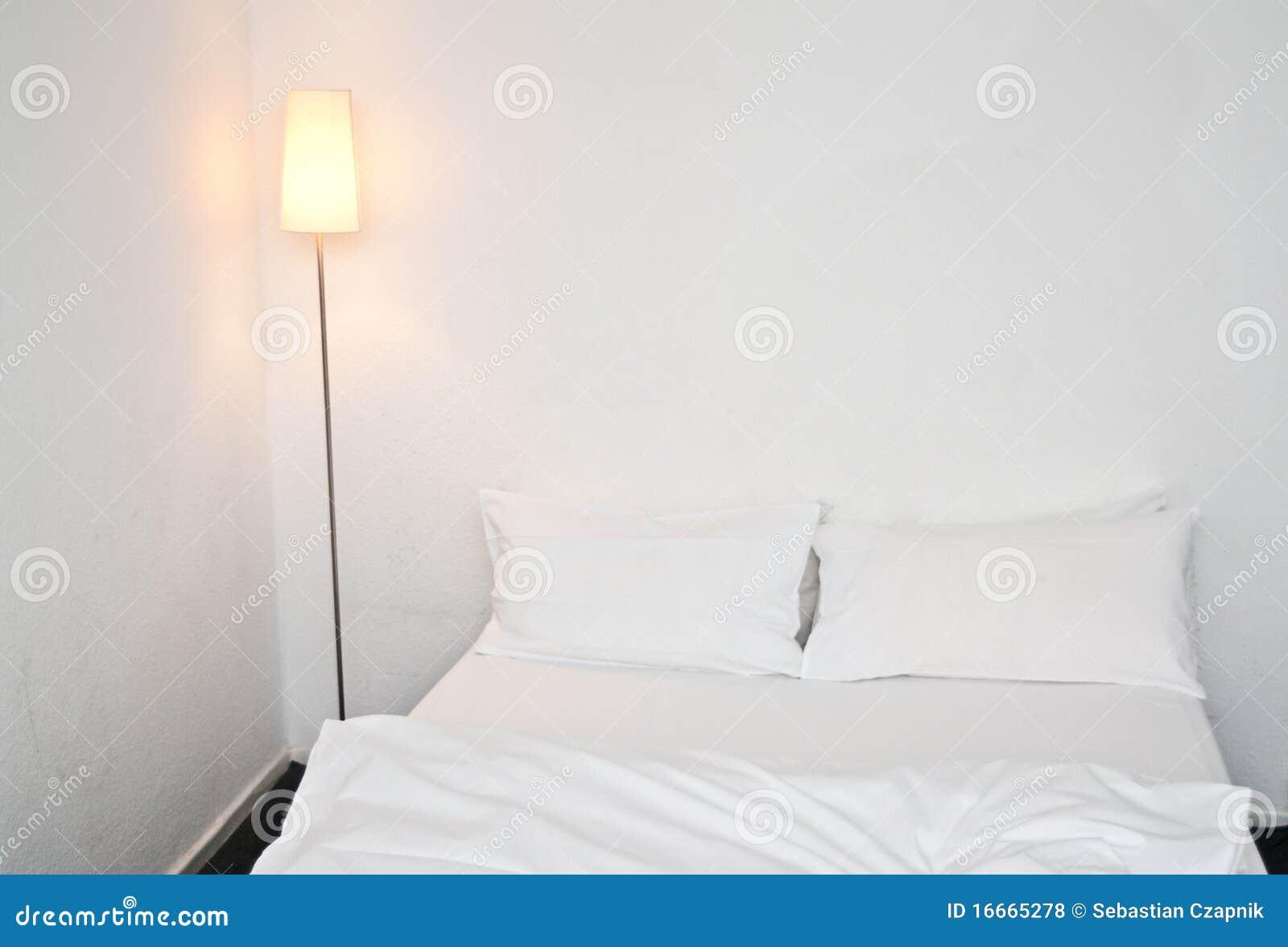 Slaapkamer In Kubus : Tweepersoonsbed in witte slaapkamer stock foto afbeelding