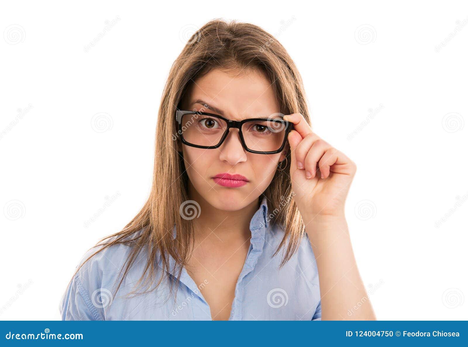 Twijfelachtige vrouw die camera door oogglazen bekijken