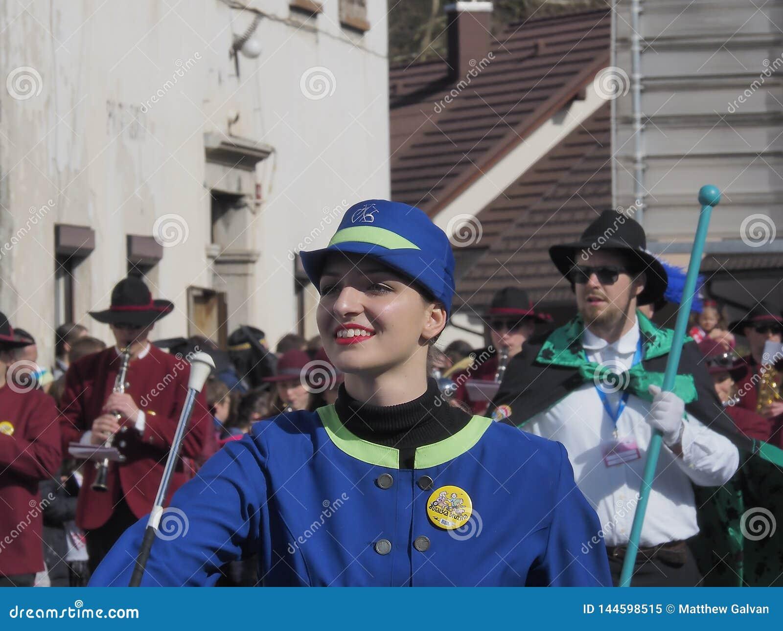 Twirler di bastone nella parata di primavera