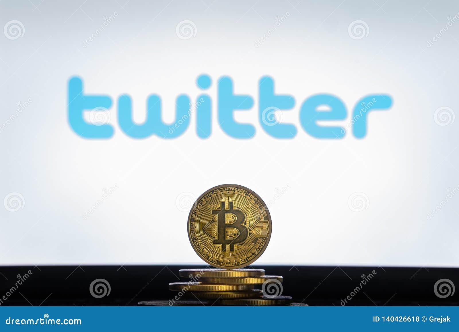 Twitter logo på en datorskärm med en bunt av Bitcoin cryptocurencymynt