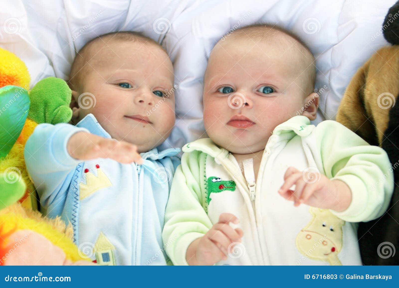 Фото с детьми близнецами