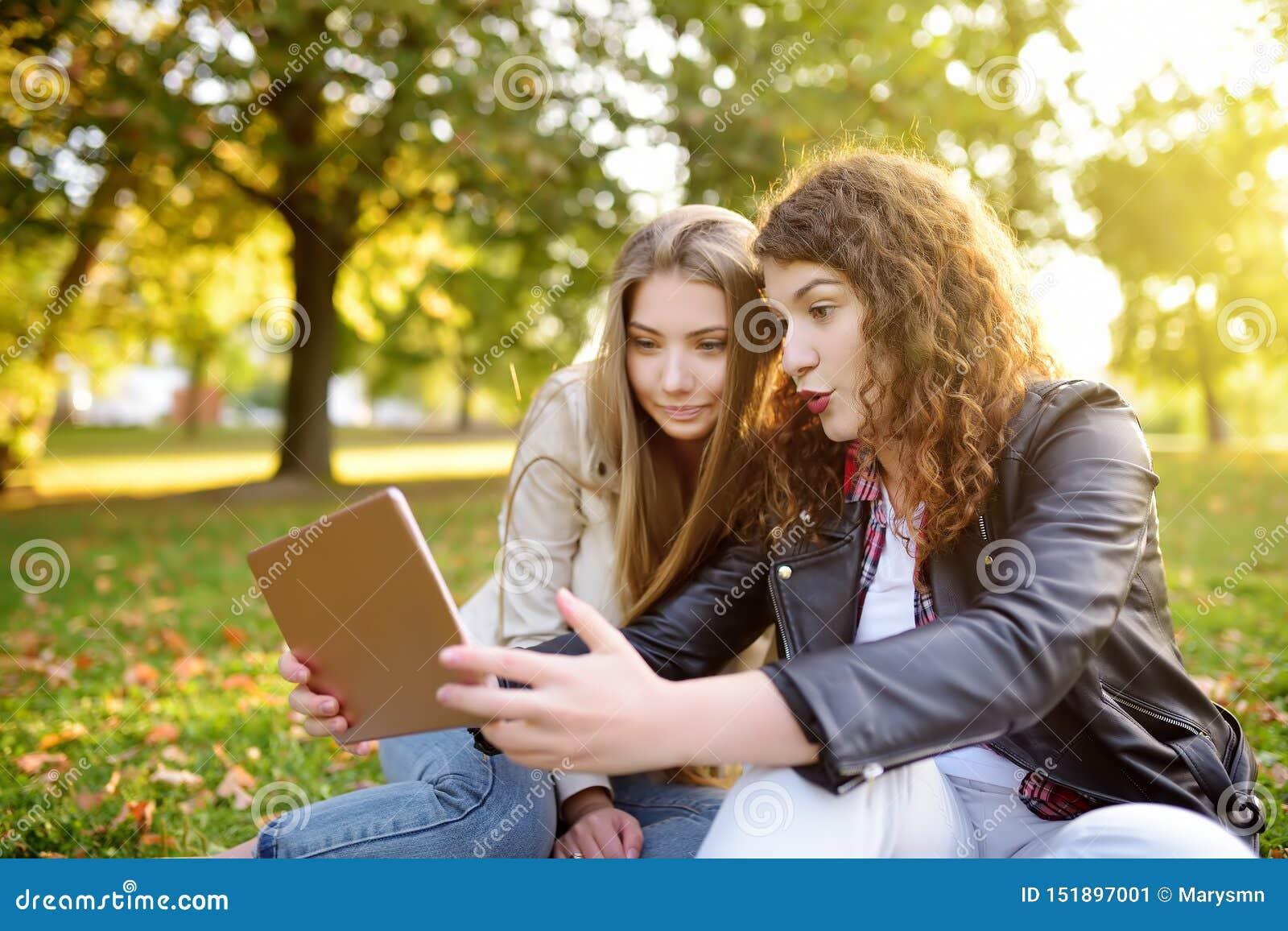The dating - Traducere în română - exemple în engleză   Reverso Context