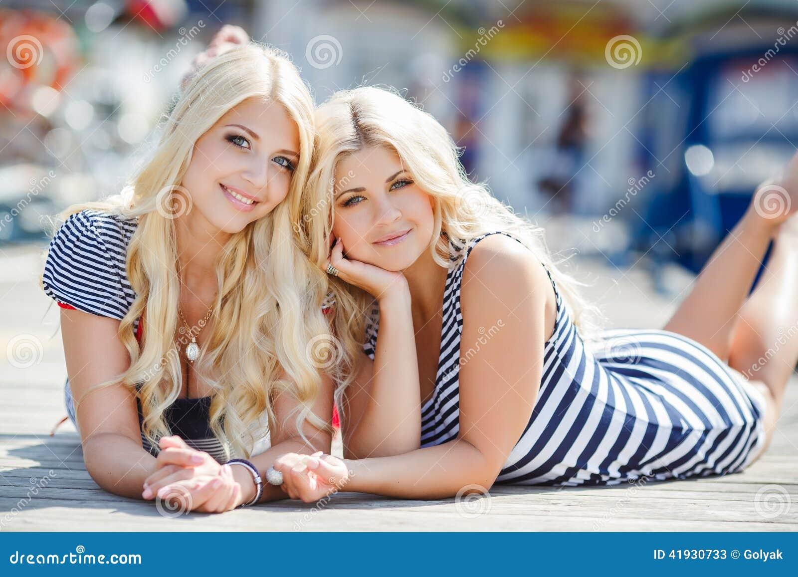 С двумя блондинками 15 фотография