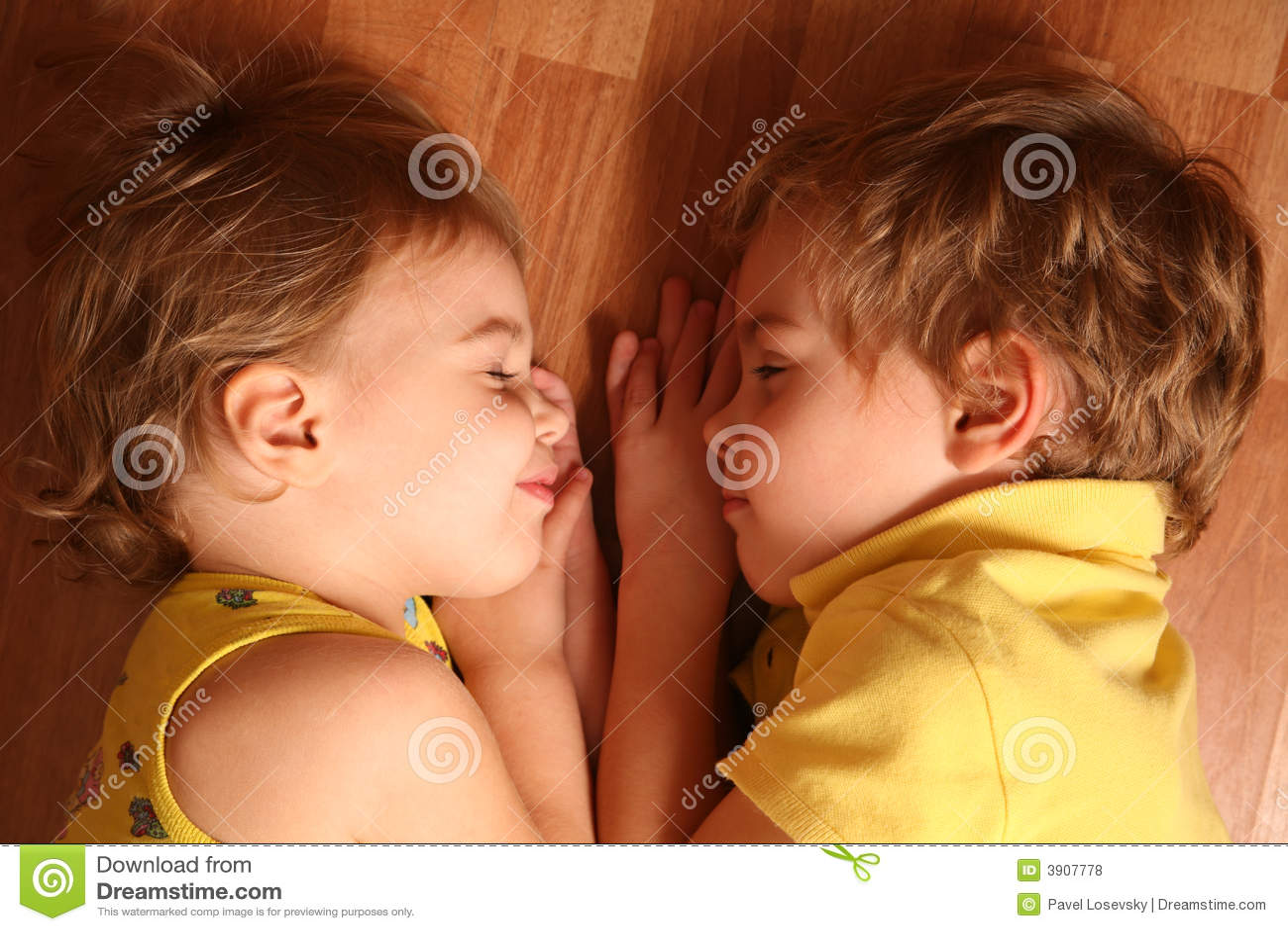 Пьяный брат трахнул пьяную сестру, Смотреть поимел спящую сестру дественицу онлайн 23 фотография