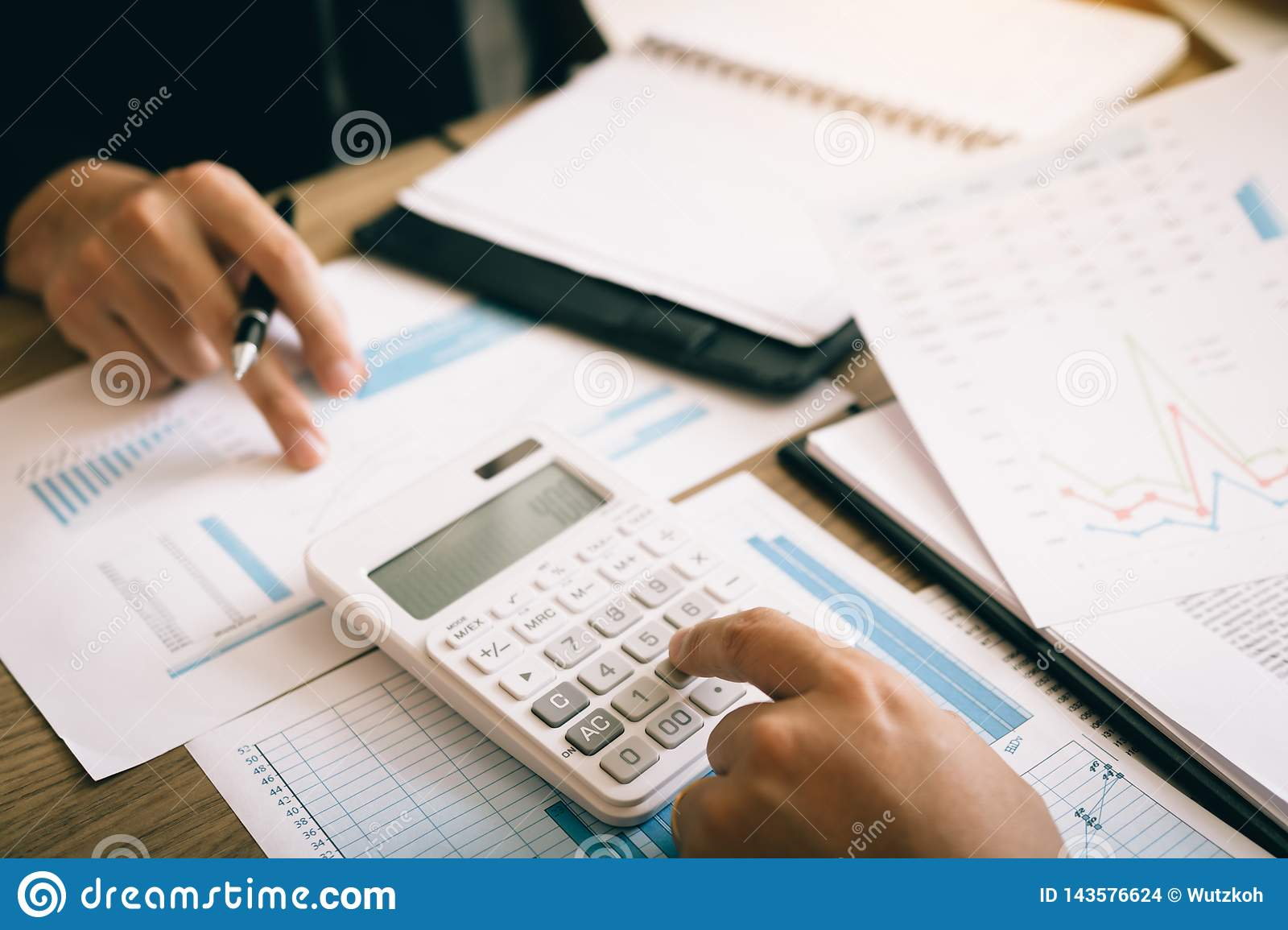 Two employees are calculating about the profit of the company after deducting expenses