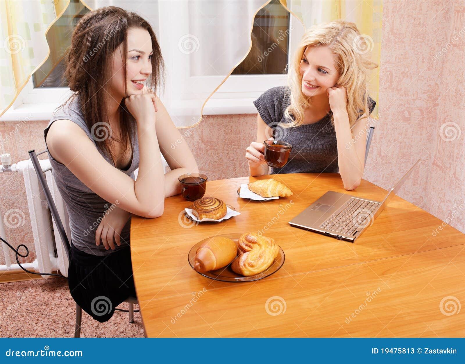 Секс на кухне в гостях 7 фотография