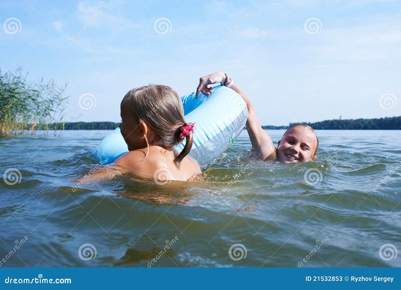 Телочки купаются в озере, Девки купаются на речке голые -видео. Смотреть 21 фотография