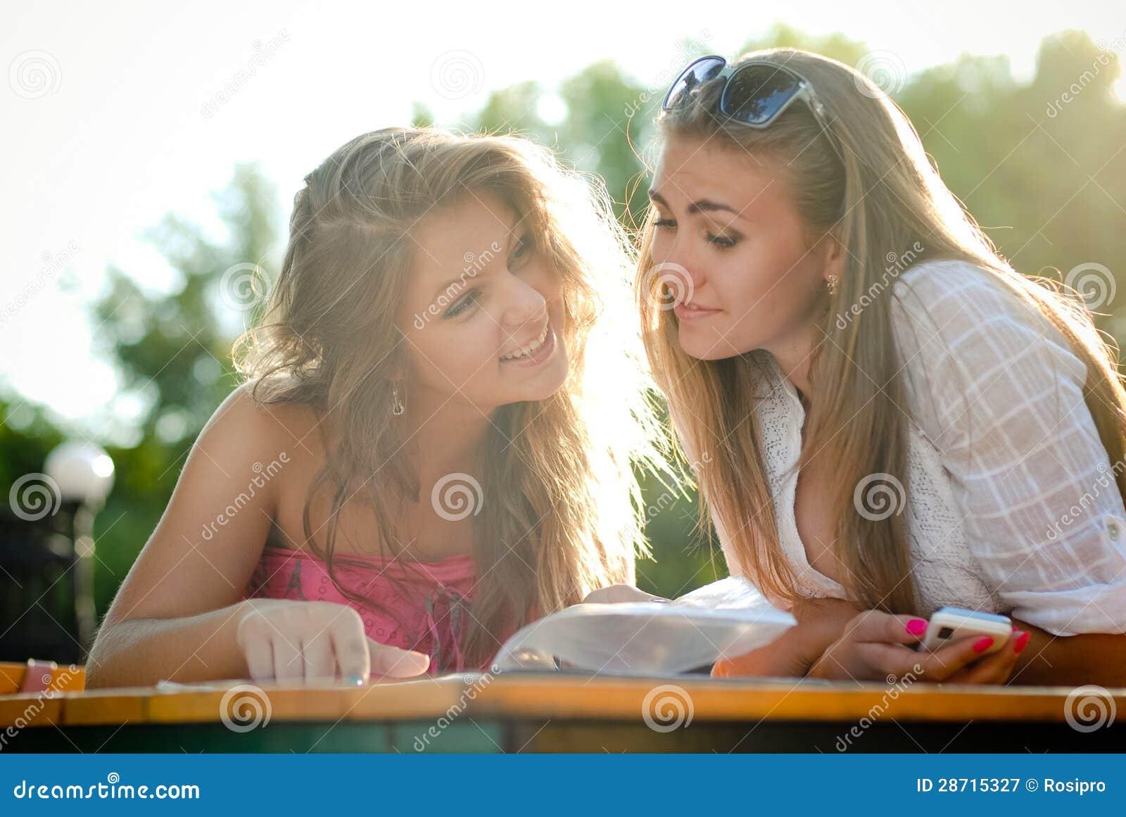 Фото две подружки в сперме, Фото сочных дырок подруги в сперме - Частные фото 25 фотография