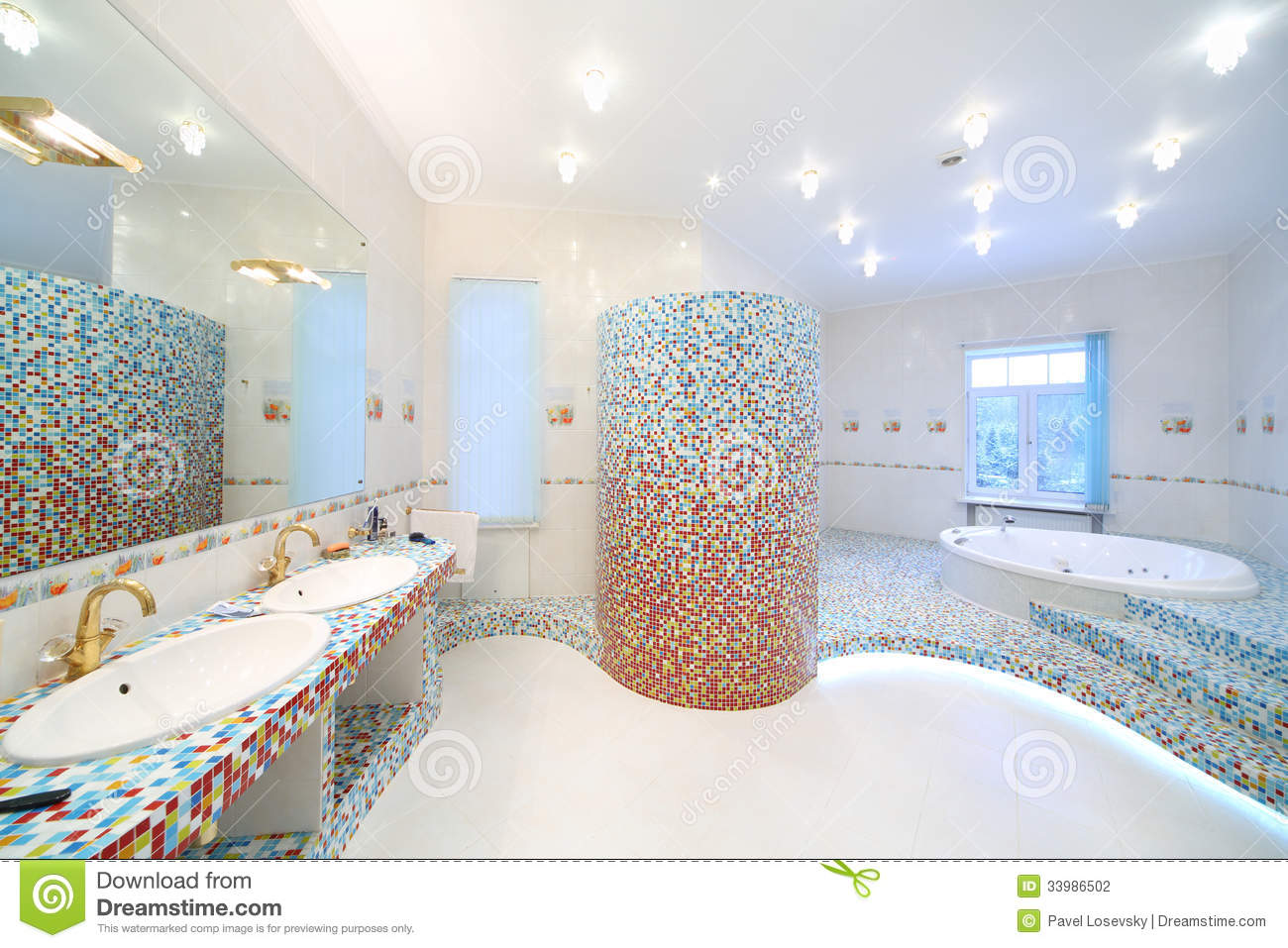 Two sinks and big mirror in spacious bathroom with jacuzzi for Salle de bain avec jacuzzi