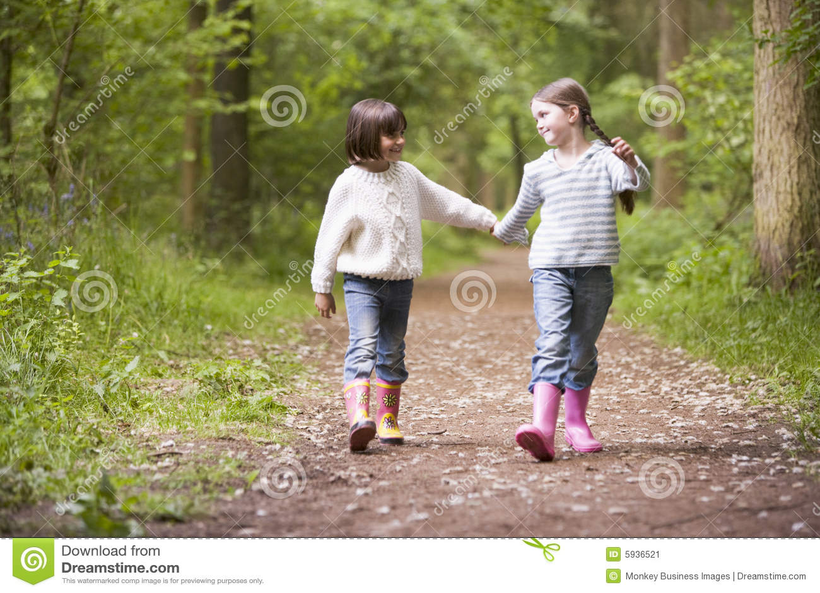 С сестрой в лесу 1 фотография