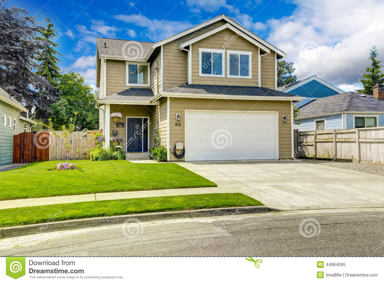 Two story house exterior with front yard landscape stock - Casas con jardines bonitos ...