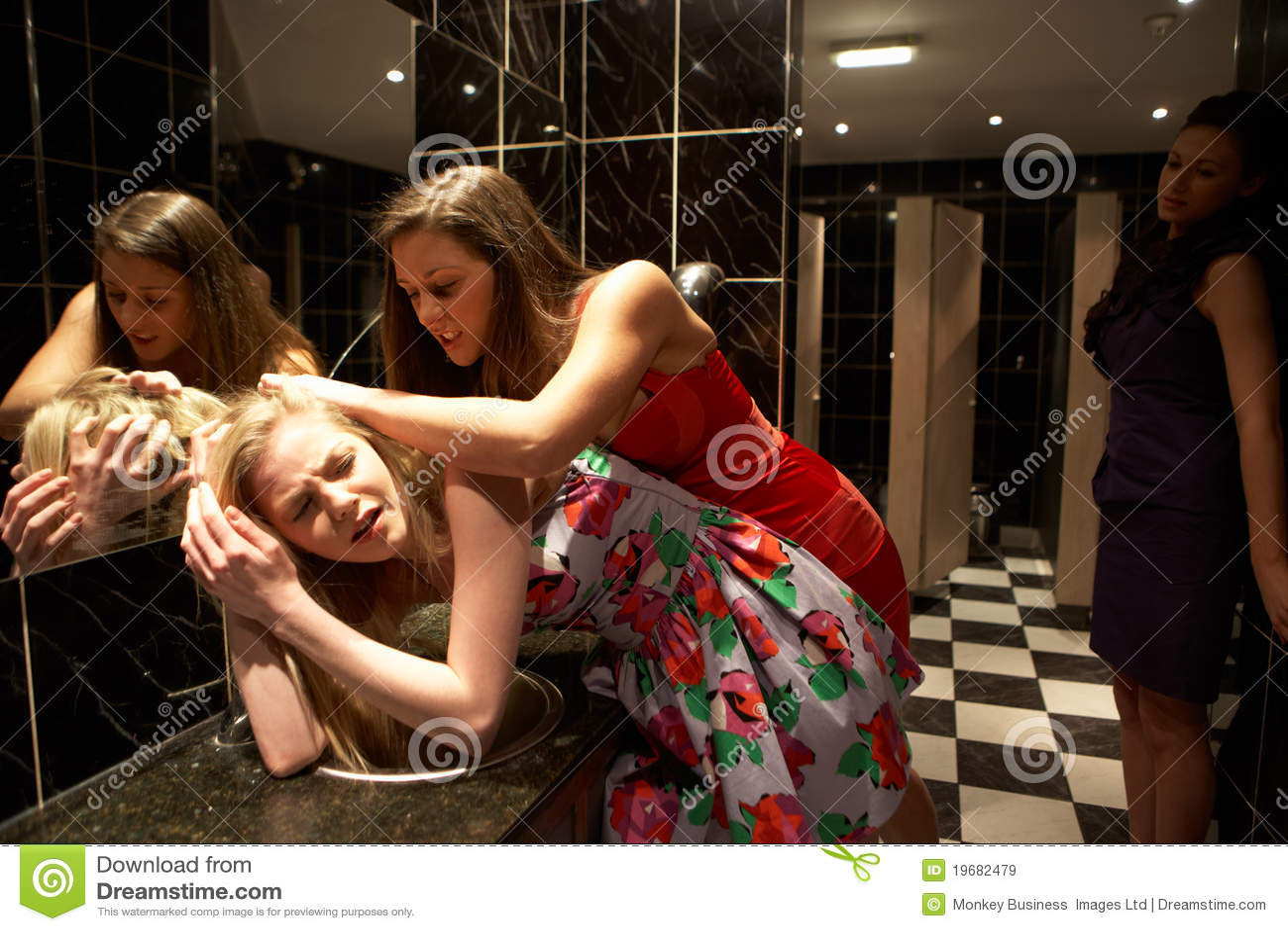 Три девушки поймали парня и, В парке три девушки раздели парня и дрочат ему член 26 фотография