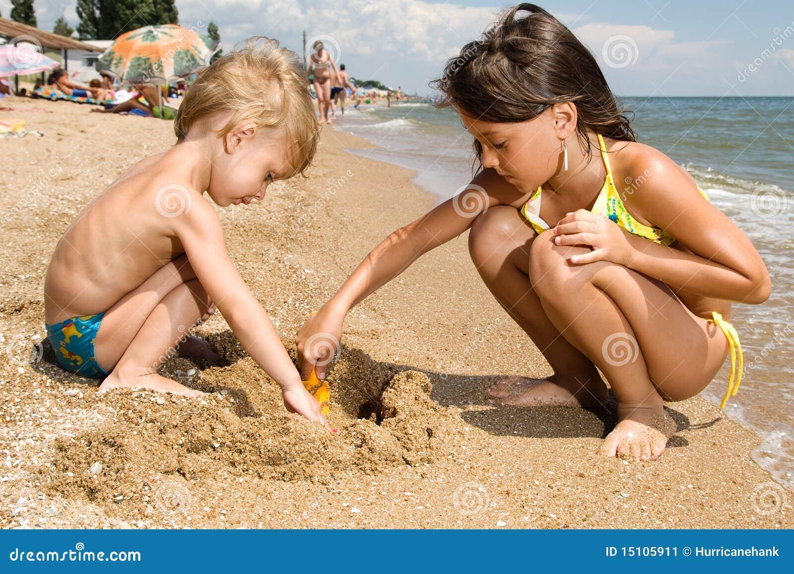 Старшая сестра на пляже 7 фотография