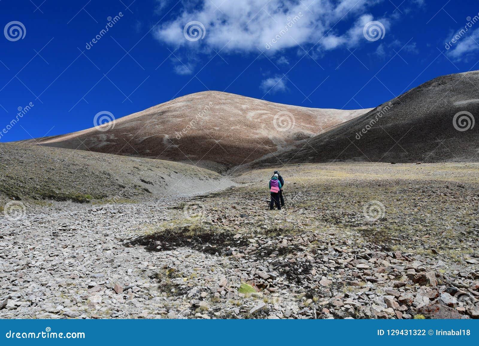 Tybet, Chiny, Czerwiec, 12, 2018 Lato krajobraz przy wysokością więcej niż 5000 metrów Na sposobie źródło Ind rzeka w T