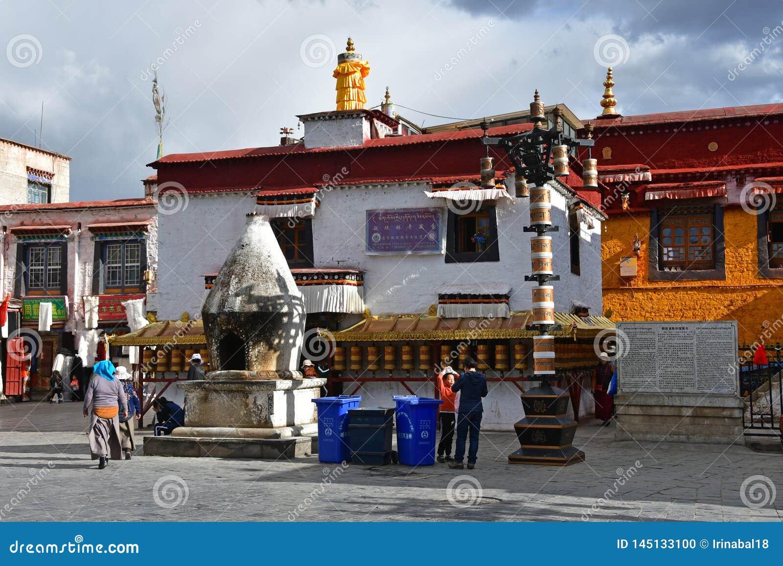 Tybet, Lhasa, Chiny, Czerwiec, 02, 2018 Ludzie chodzi blisko Nangze Shak pokazu Hall domu szlachetna rodzina z 600 rok histo