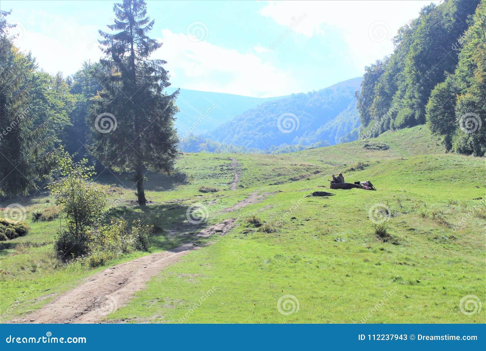 Tyck om ditt lopp med Carpathians berg, skönhet av byn