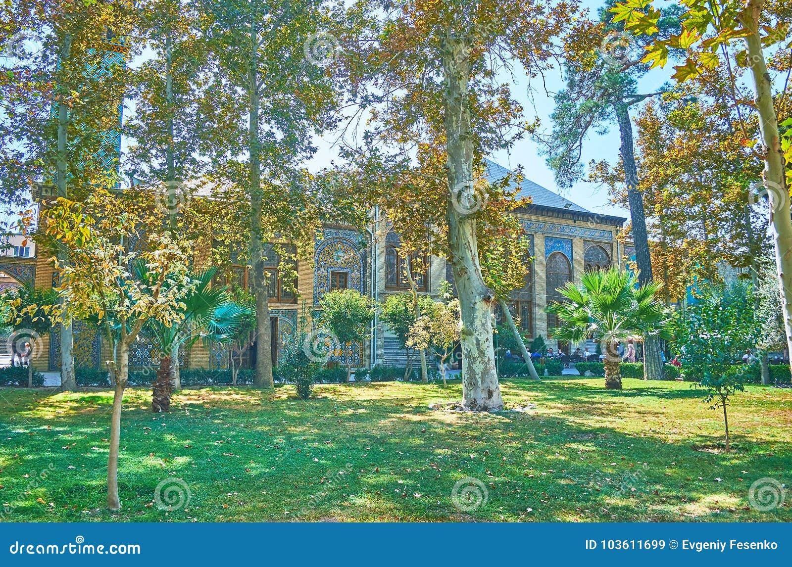 Tyck om grönskan av den Golestan trädgården, Teheran