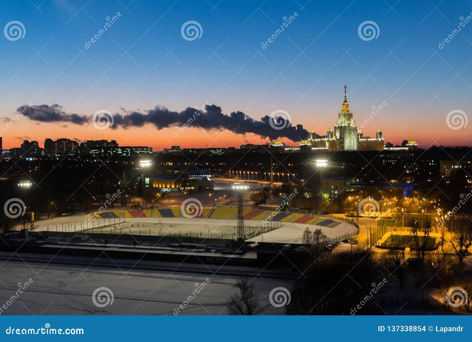Tyck om varje ögonblick av ditt liv Moskvadelstatsuniversitet och stadion