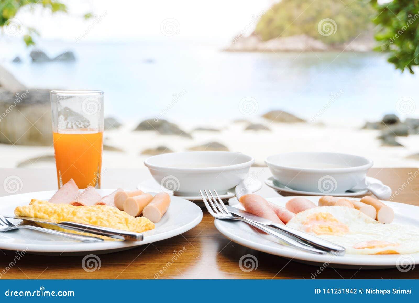 Tycka om frukosten nära tropiskt havssommarbegrepp