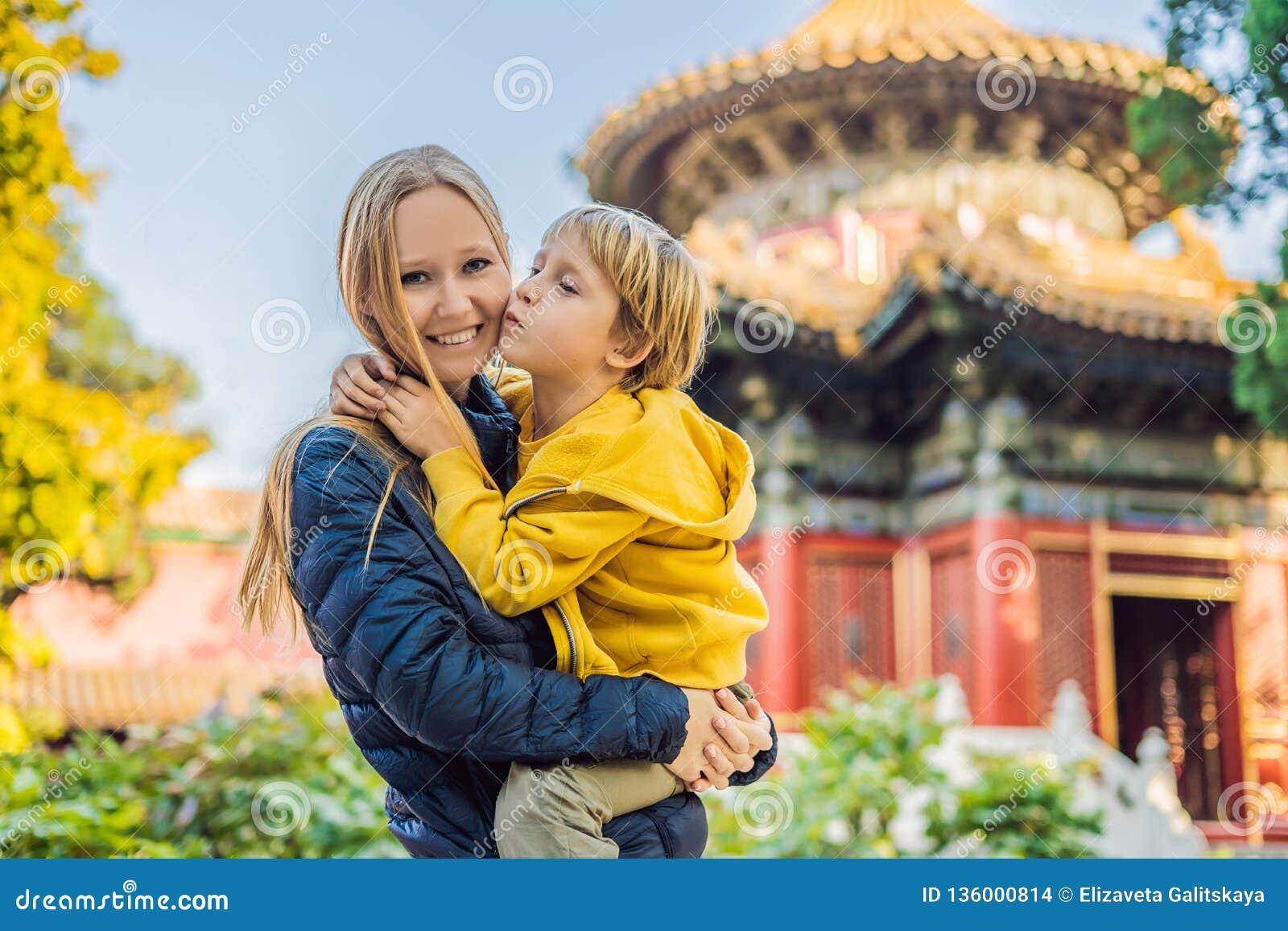 Tycka om semester i Kina Mamma och son i Forbidden City Lopp till Kina med ungebegrepp Fri transport för visum 72 timmar