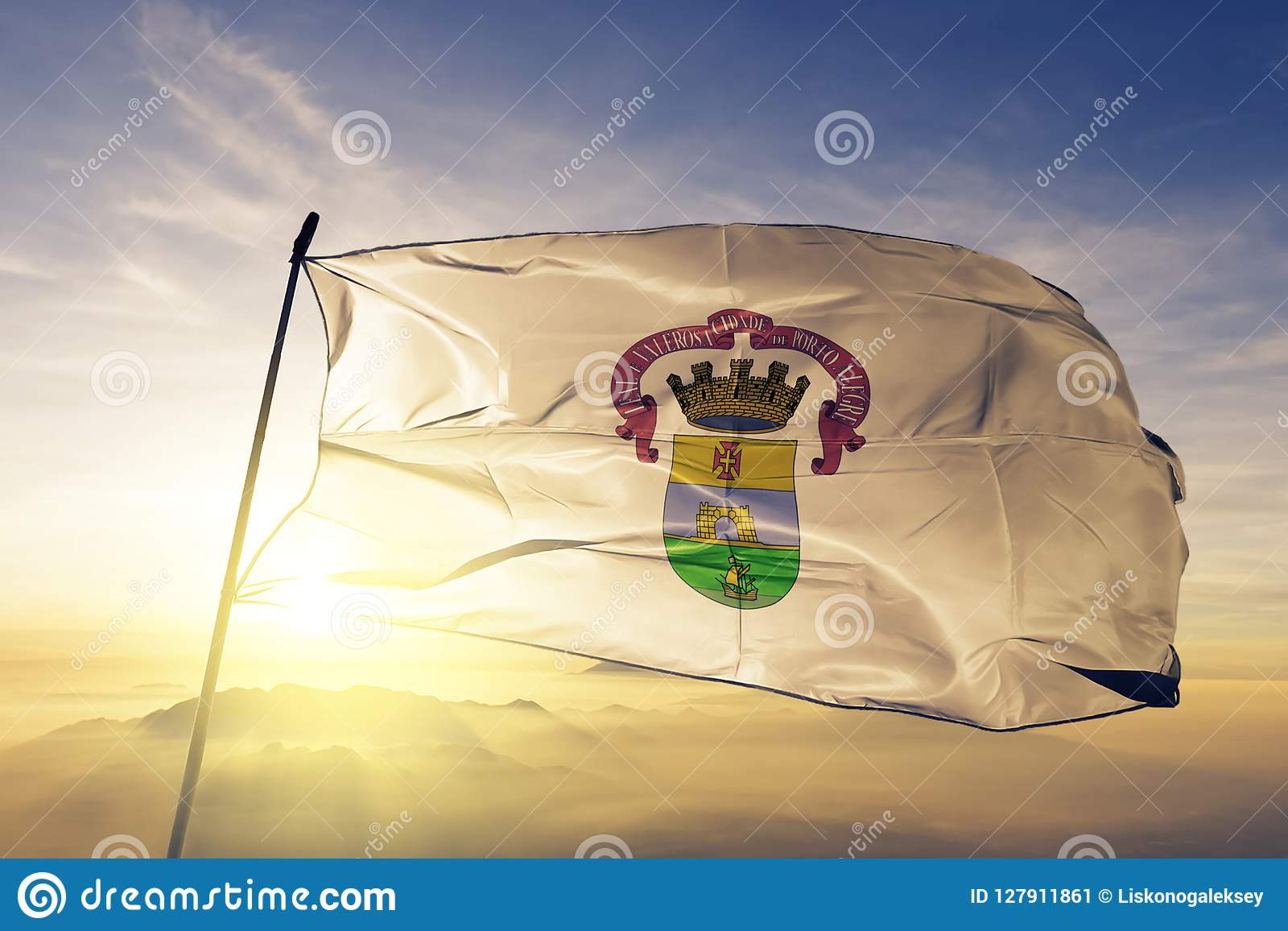 Tyg för torkduk för textil för Porto Alegre cityofBrasilien flagga som vinkar på den bästa soluppgångmistdimman
