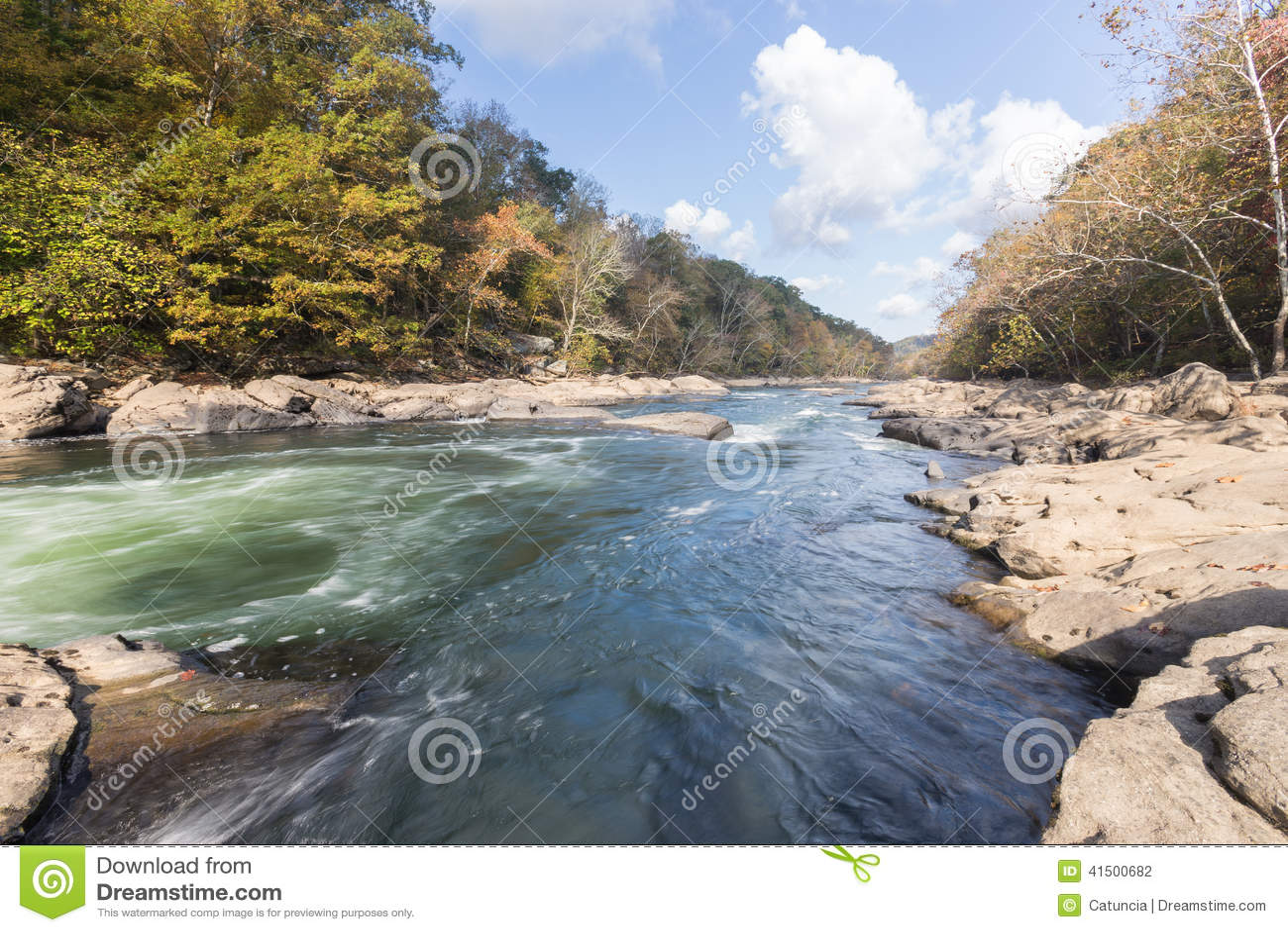 Tygart flodkaskader över vaggar på dalnedgångdelstatsparken