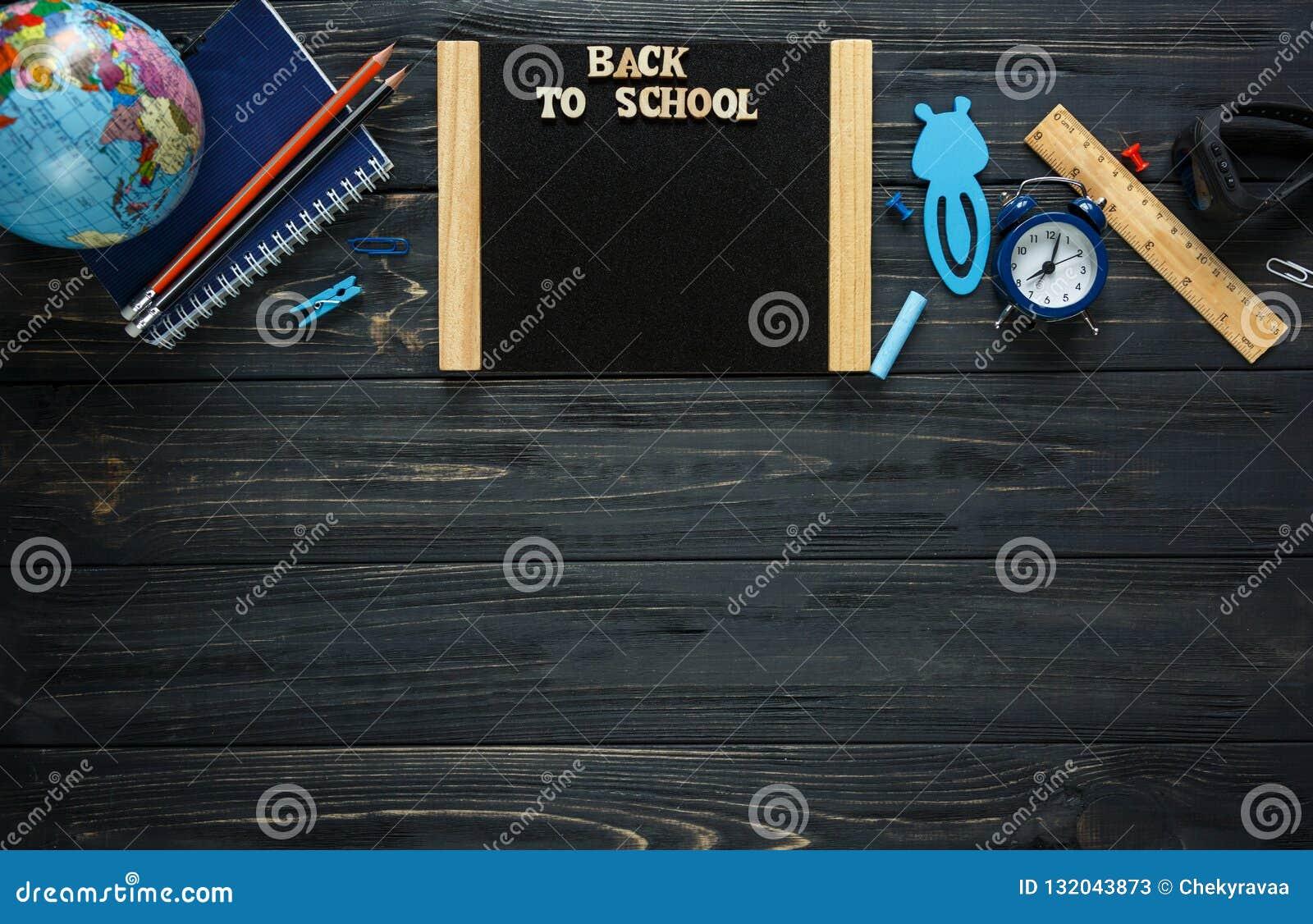 Tylna poj?cia edukaci szko?a Set materia?y na popielatym drewnianym tle wyniki, round szkła, ołówki